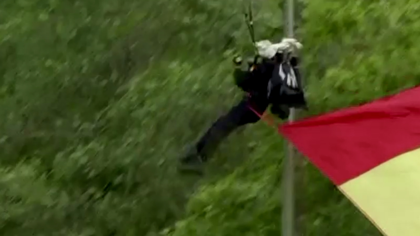Fennakadt egy lámpaoszlopon a spanyol ejtőernyős a nemzeti parádén