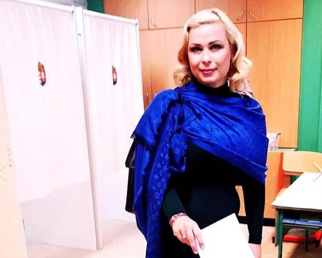Juhász Hajnalka Louis Vuitton logós sálban tisztelte meg az urnát szavazatával