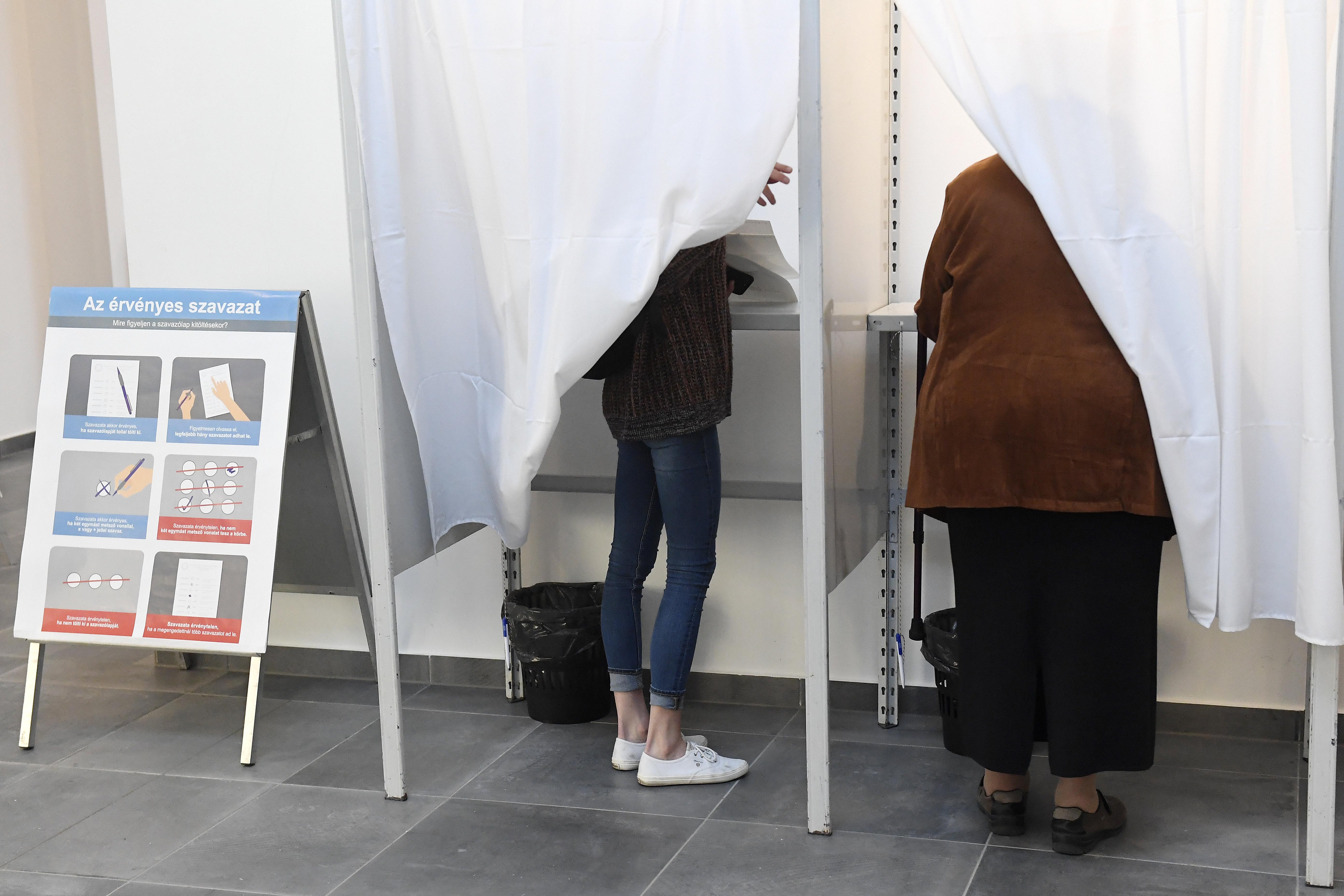 Egy szavazófülkéből el kellett vinni egy terítőt, mert rá volt írva valami tollal