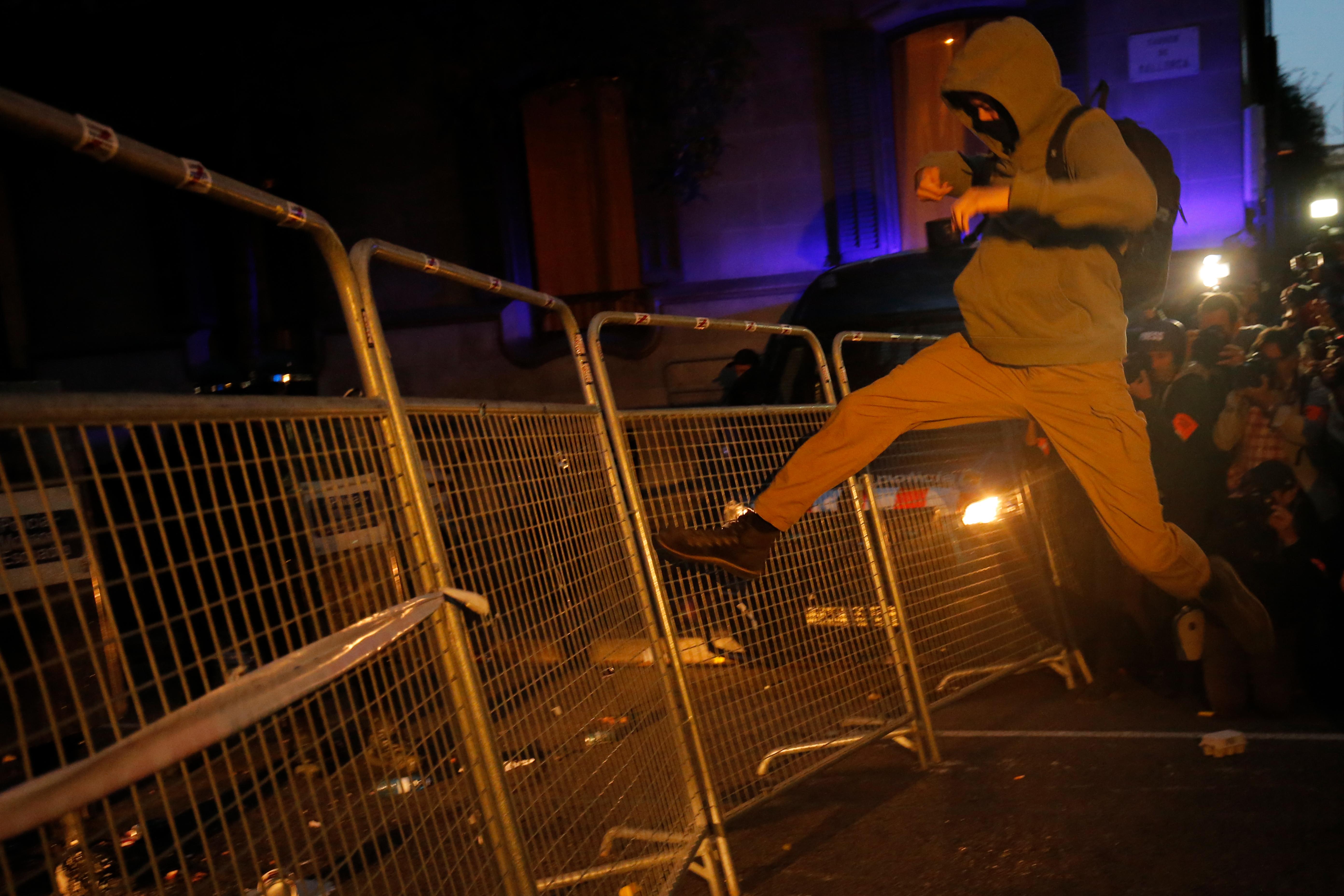 A tüntetések miatt decemberre halasztanák az El Clasicót