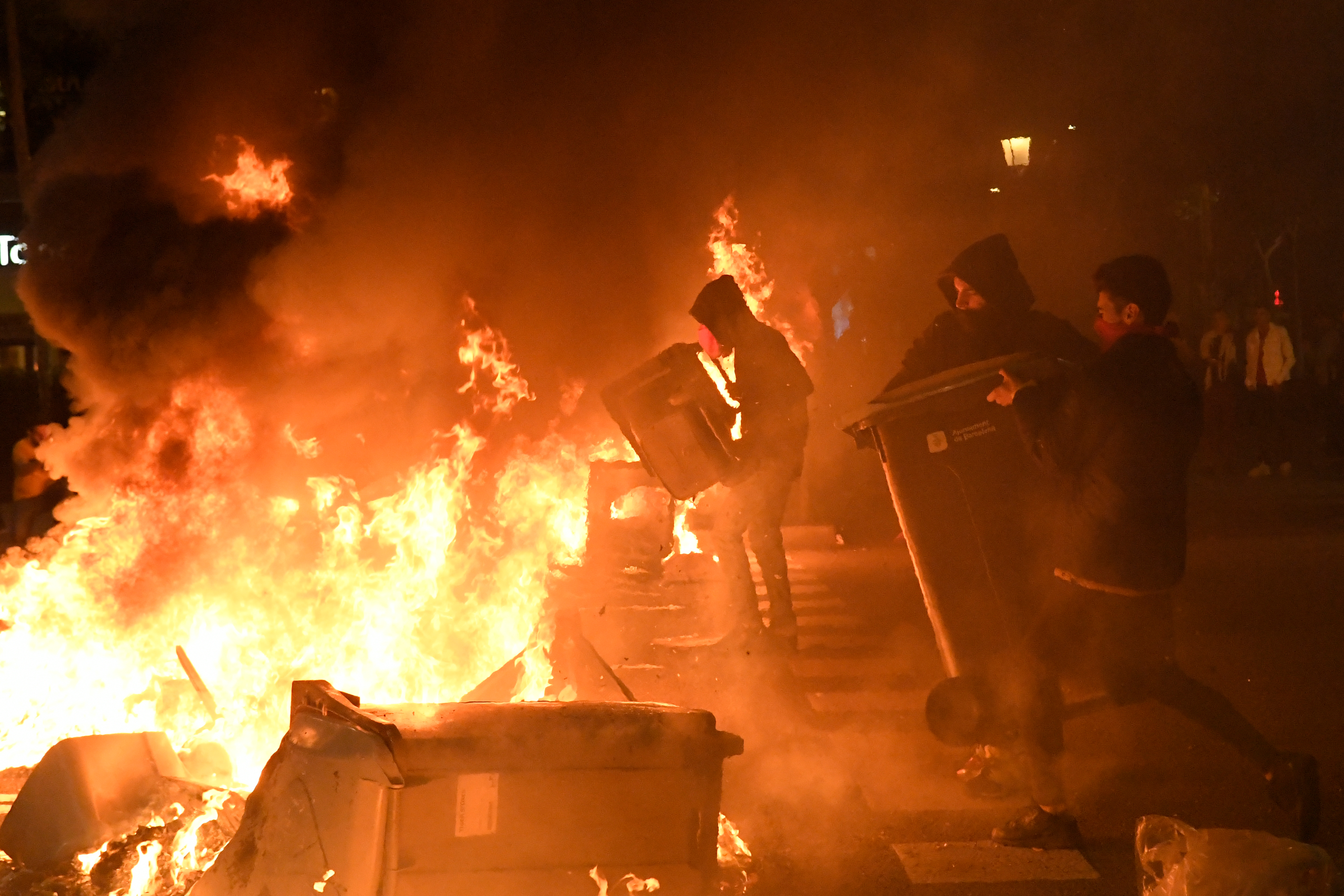 Barikádok, lángoló kukák és legalább 74 sérült Katalóniában