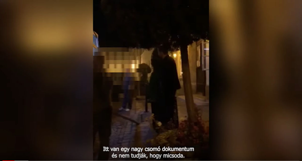 Kedden éjjel egy kartondobozokkal felpakolt teherautó indult az I. kerületi önkormányzattól a fideszes polgármester házáig, majd meglátva, hogy videózzák, rükvercben elhajtott onnan