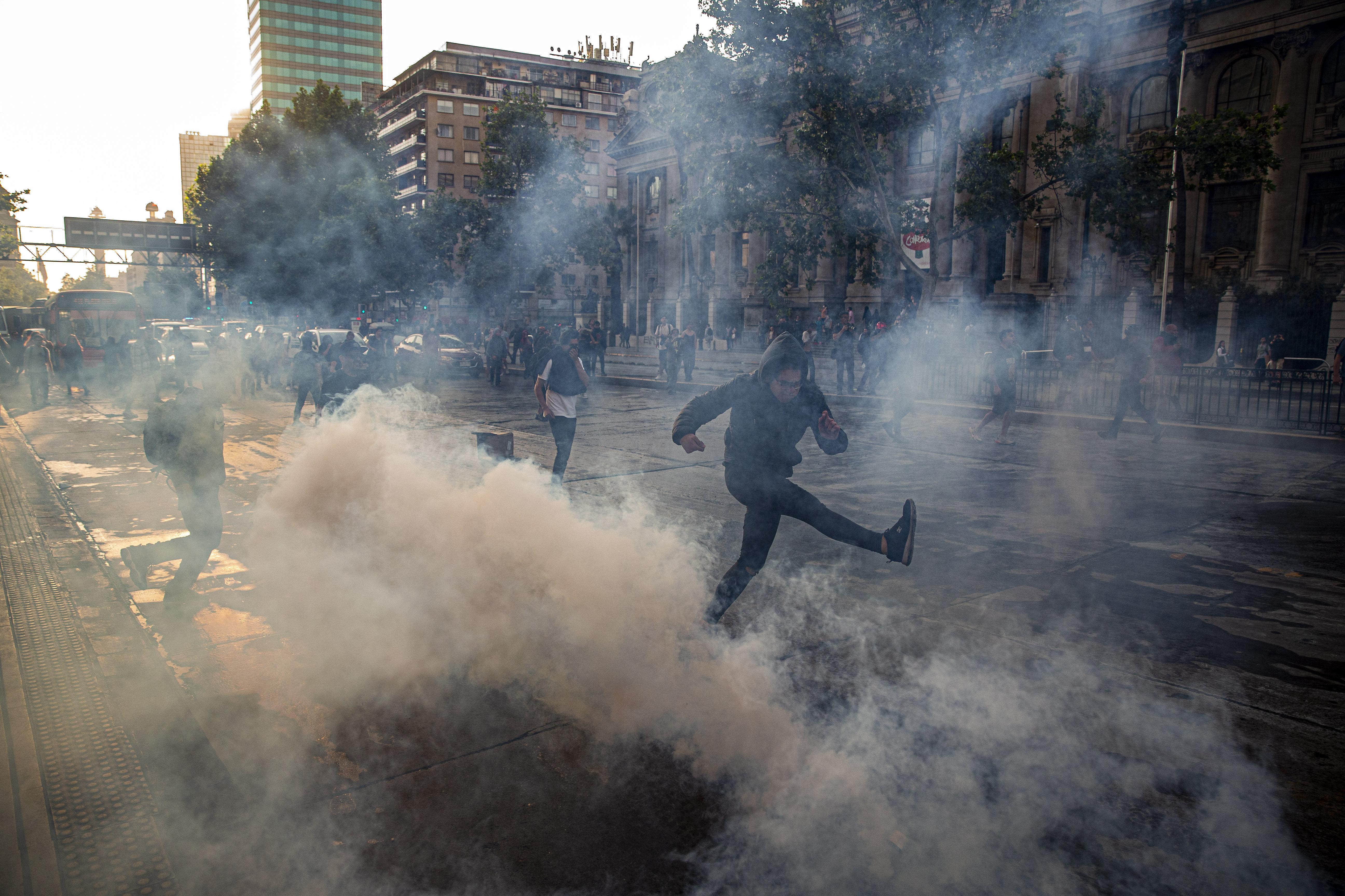 340 forintra drágult a metrójegy, a tüntetők fölgyújtották fél Santiagót