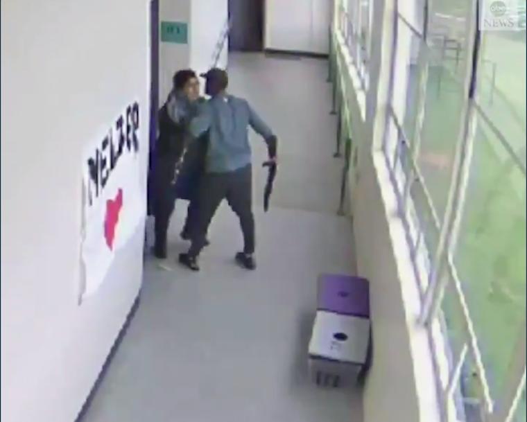 Sörétes vadászpuskával lépett be az osztályba a diák, öngyilkos akart lenni, a suli edzője lefegyverezte, majd hatalmas öleléssel nyugtatta meg