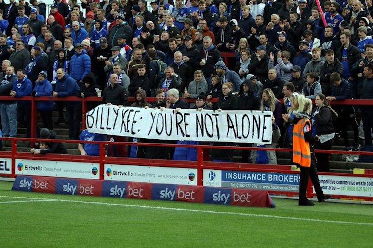 Csodálatos molinóval biztatták az ellenfél fanatikusai a depressziós brit focistát