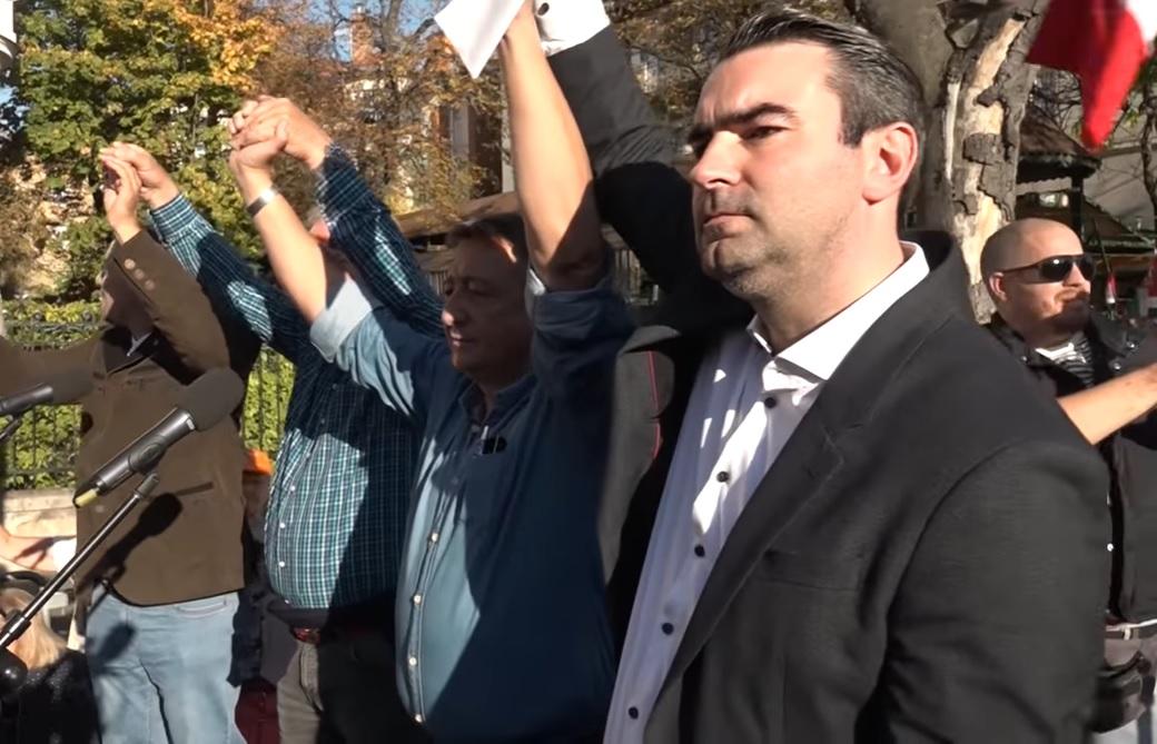 Bayer Zsolték kéz a kézben dülöngéltek Verdire, spirituális élőláncot vonva Salvini köré