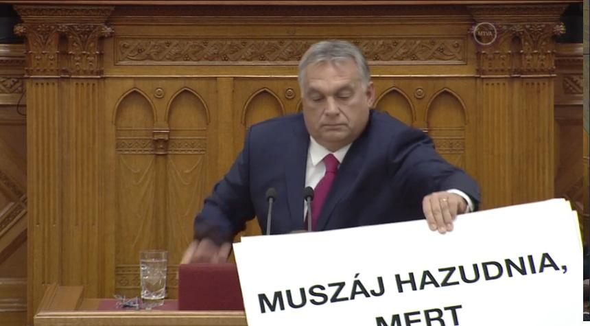 Orbán Viktor megpróbálta kitépni Hadházy Ákos kezéből a táblát, amivel tiltakozott a miniszterelnök beszéde alatt