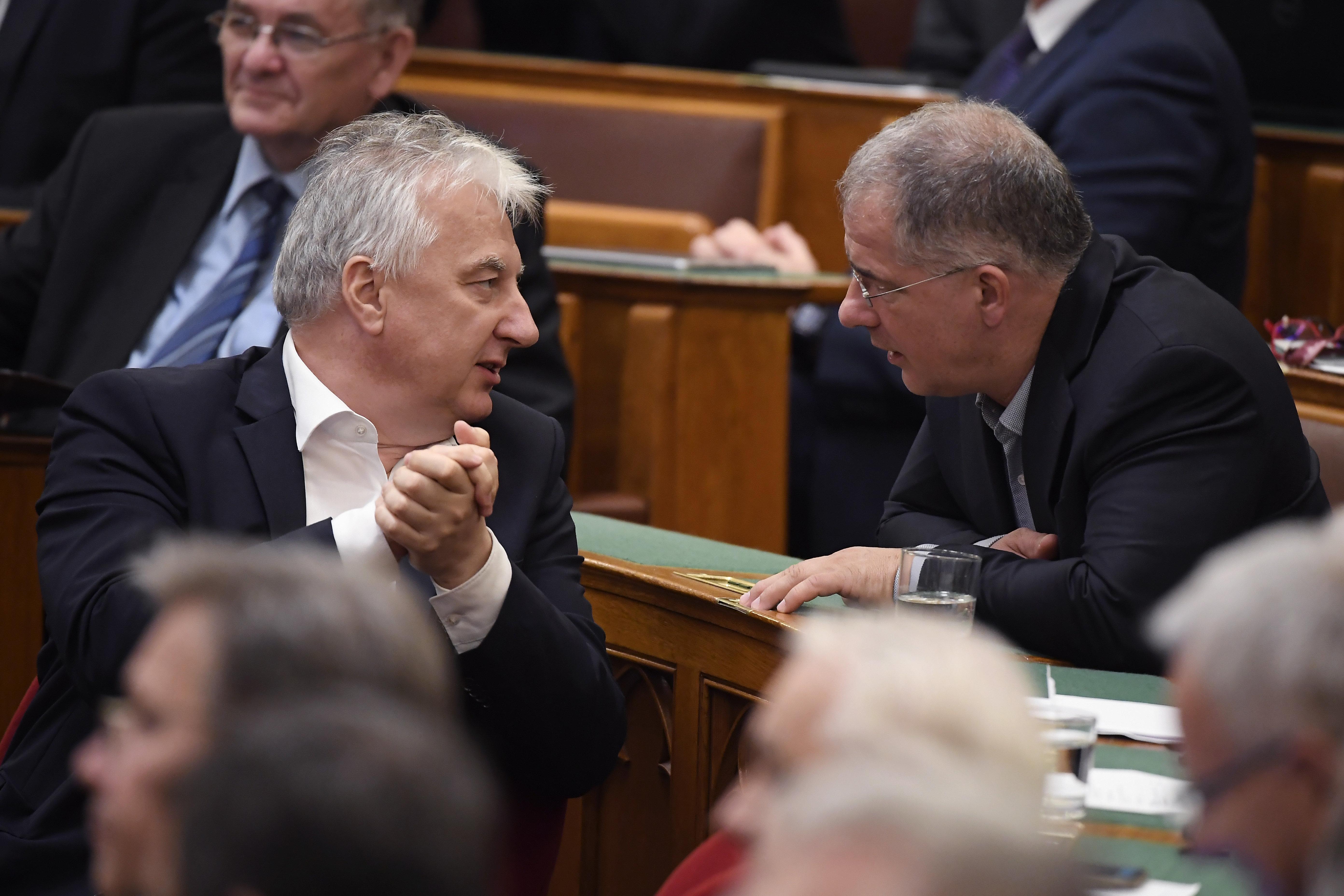 Megszavazta a Fidesz: megszüntették a kulturális szférában dolgozók közalkalmazotti státuszát