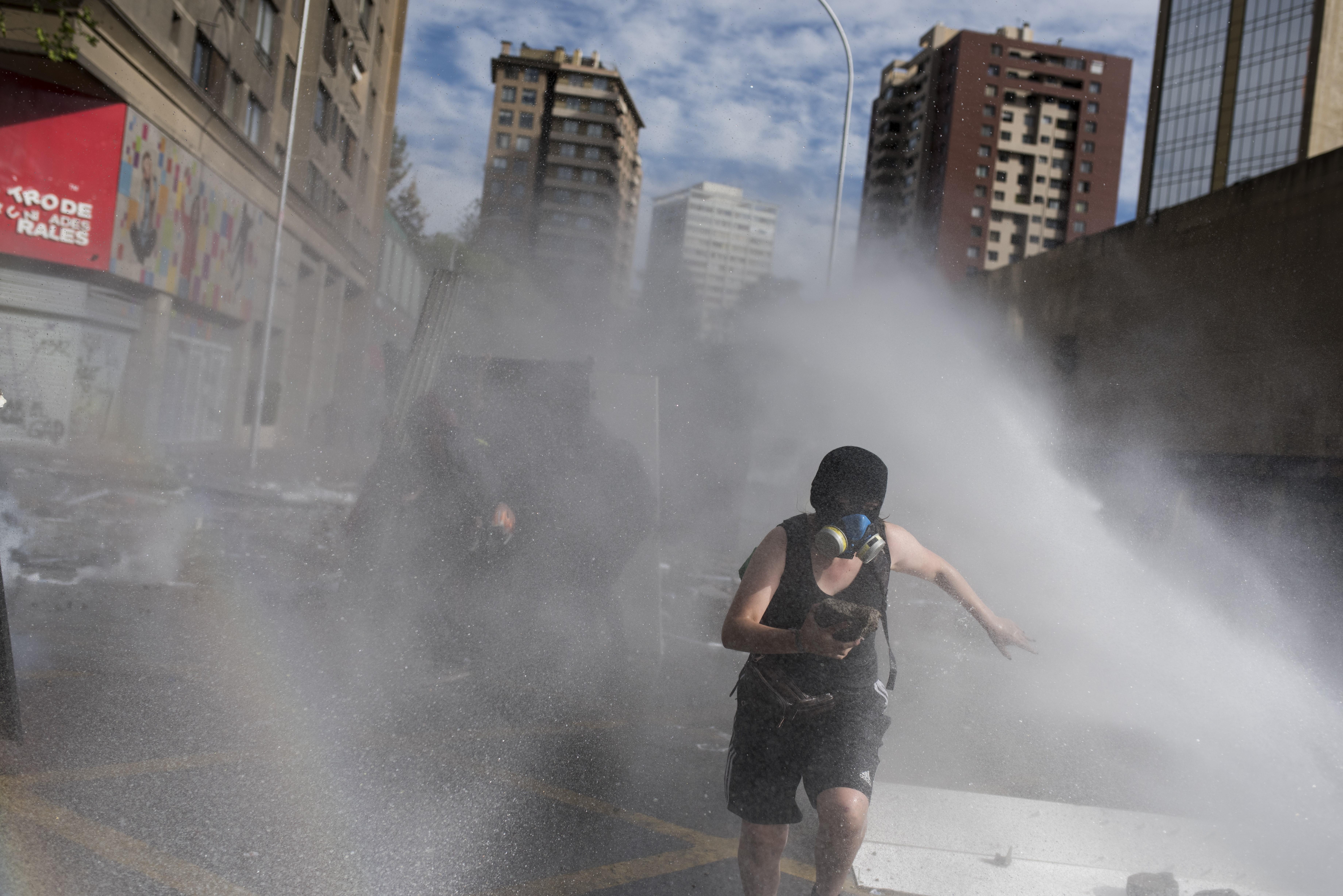 Nyugdíjemeléssel, gyógyszertámogatással próbálja lecsillapítani lázongó népét Chile elnöke