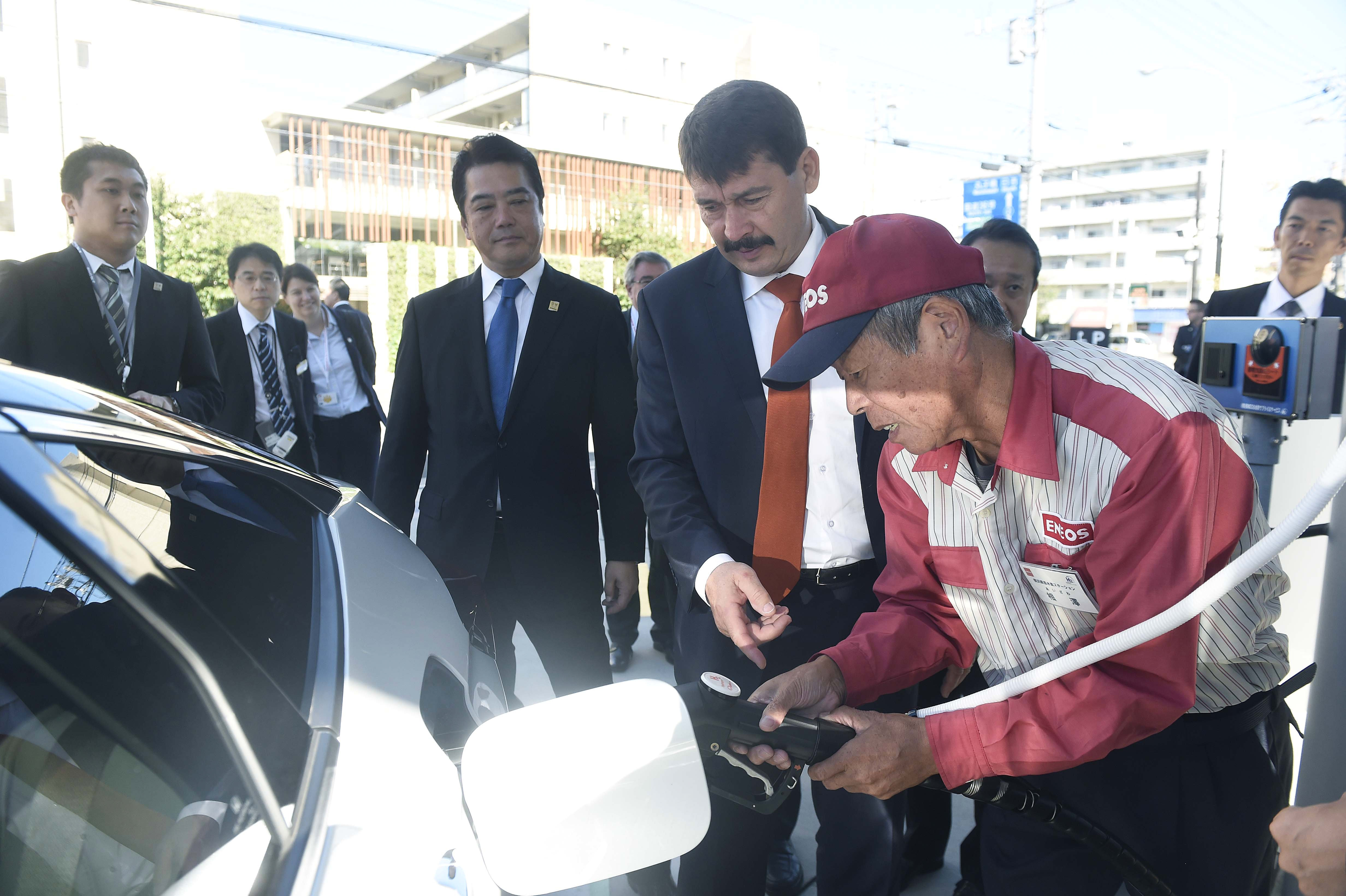 Nemzeti ünnepünk alkalmából Áder János megtekintett egy hidrogéntöltő állomást Japánban