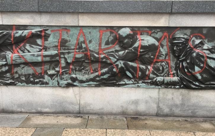 Vörös festékkel írták rá az ostravai szovjet emlékműre magyarul: KITARTÁS BUDAPEST 1956