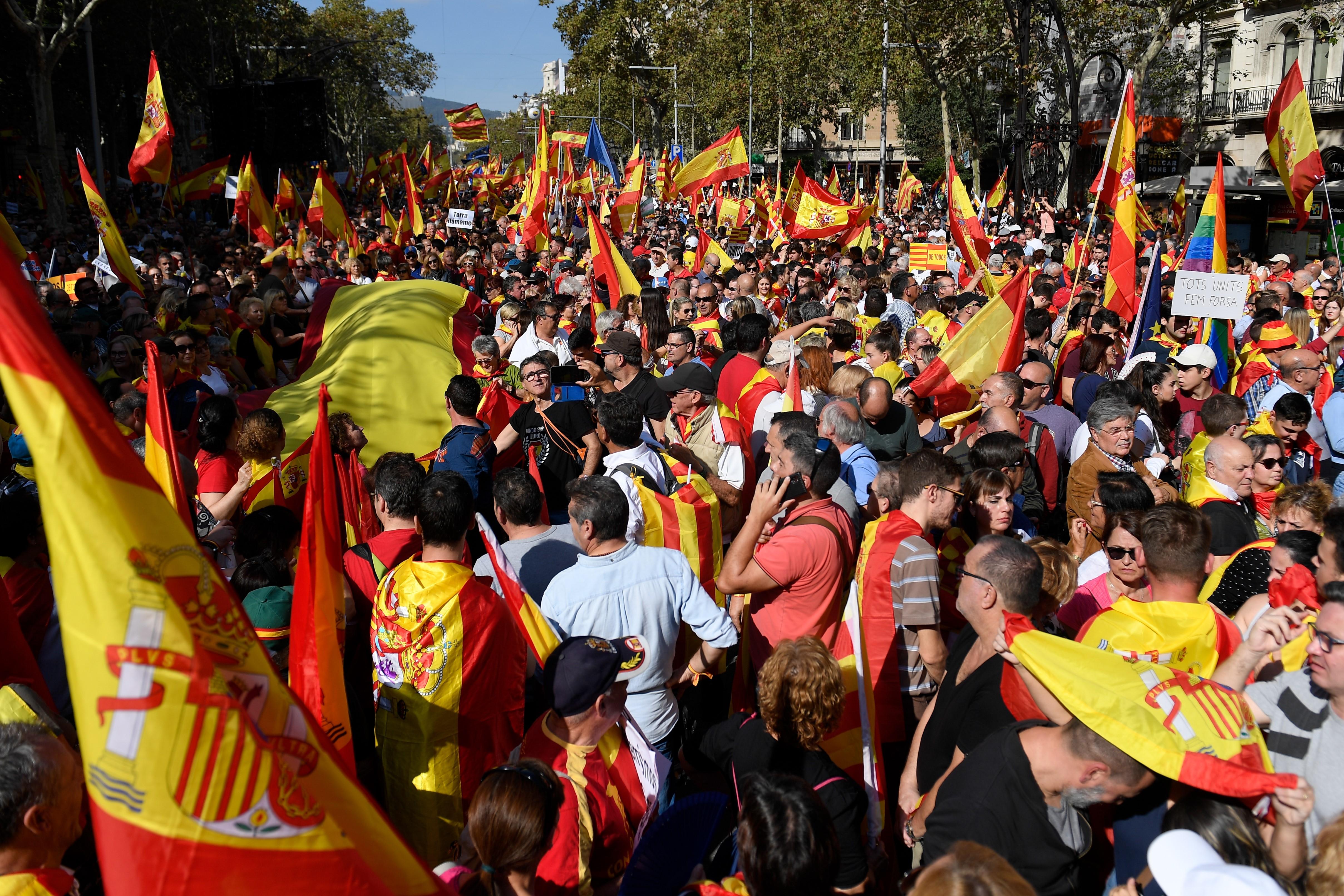 Tízezrek vonultak utcára Barcelonában a függetlenségi törekvések befejezését követelve