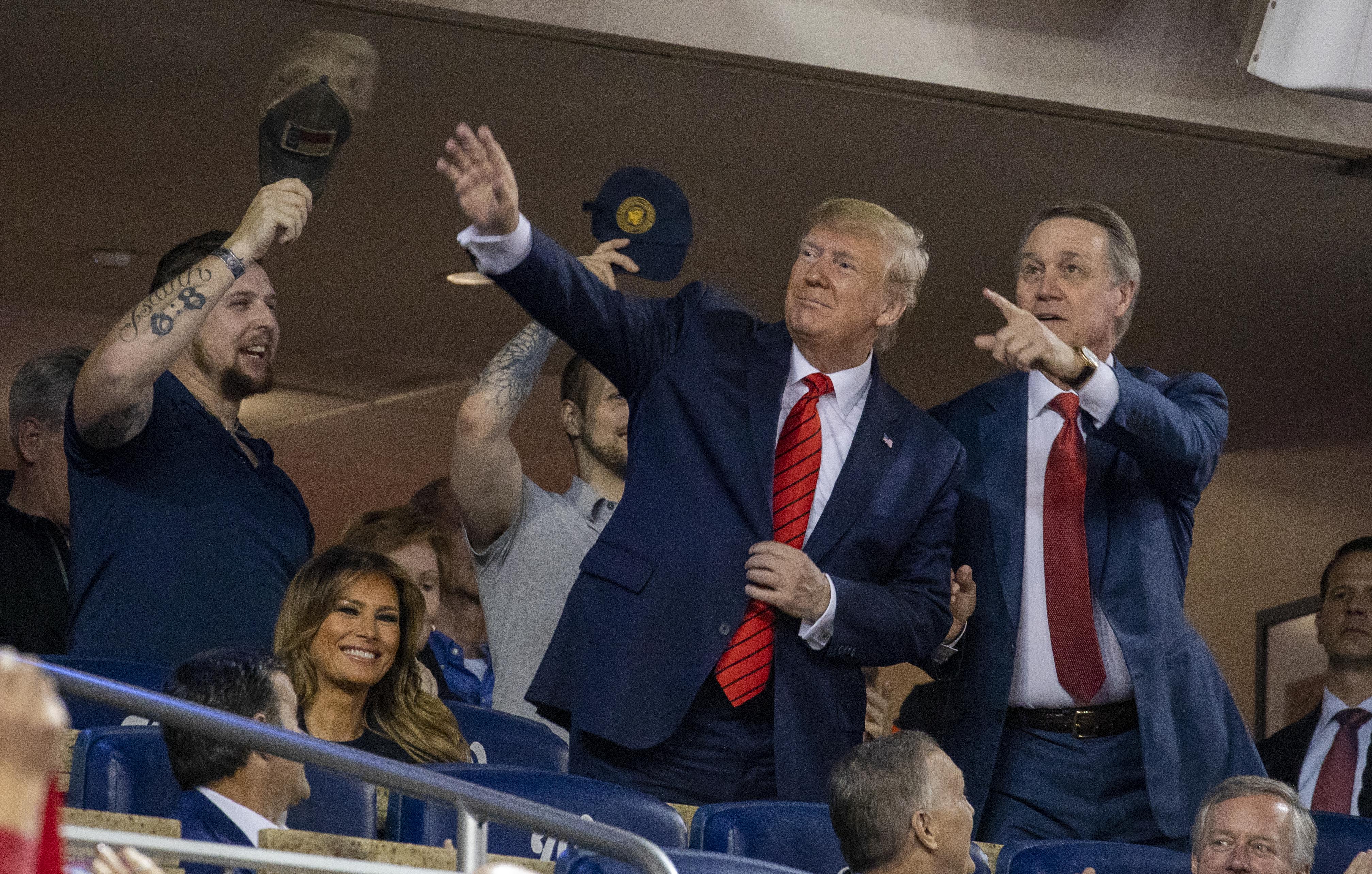 """""""Zárják be"""" - skandálta a közönség a baseball-meccsre látogató Trumpnak"""