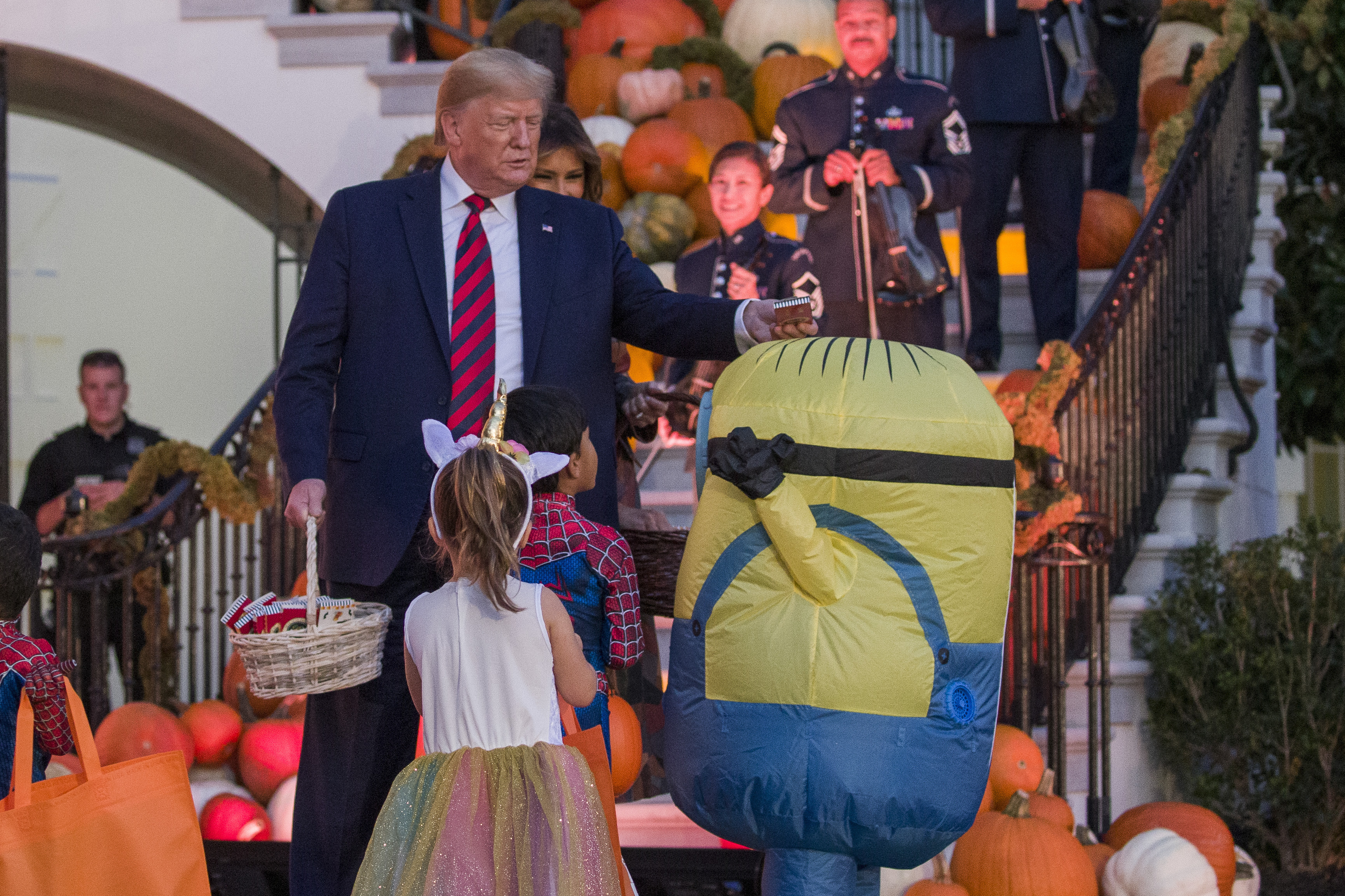 Trump rárakta egy gyerek fejére a halloweeni cukorkát, igaz, nem is nagyon volt más választása