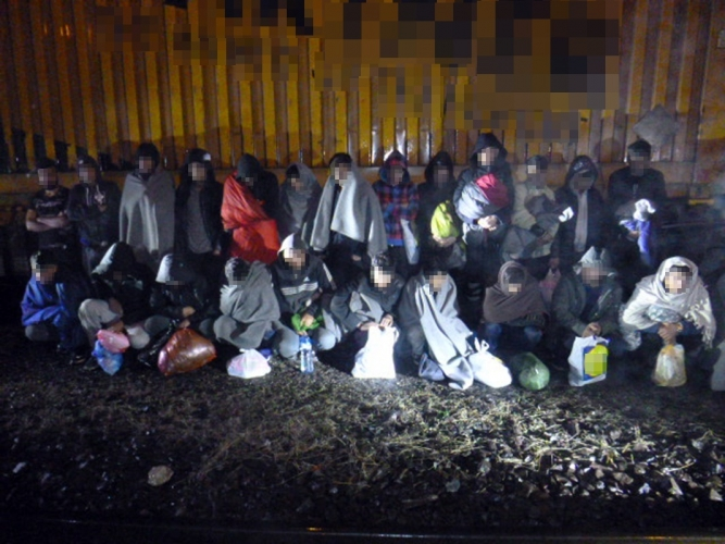 24 afgán férfit találtak egy tehervonat konténerében Kelebiánál