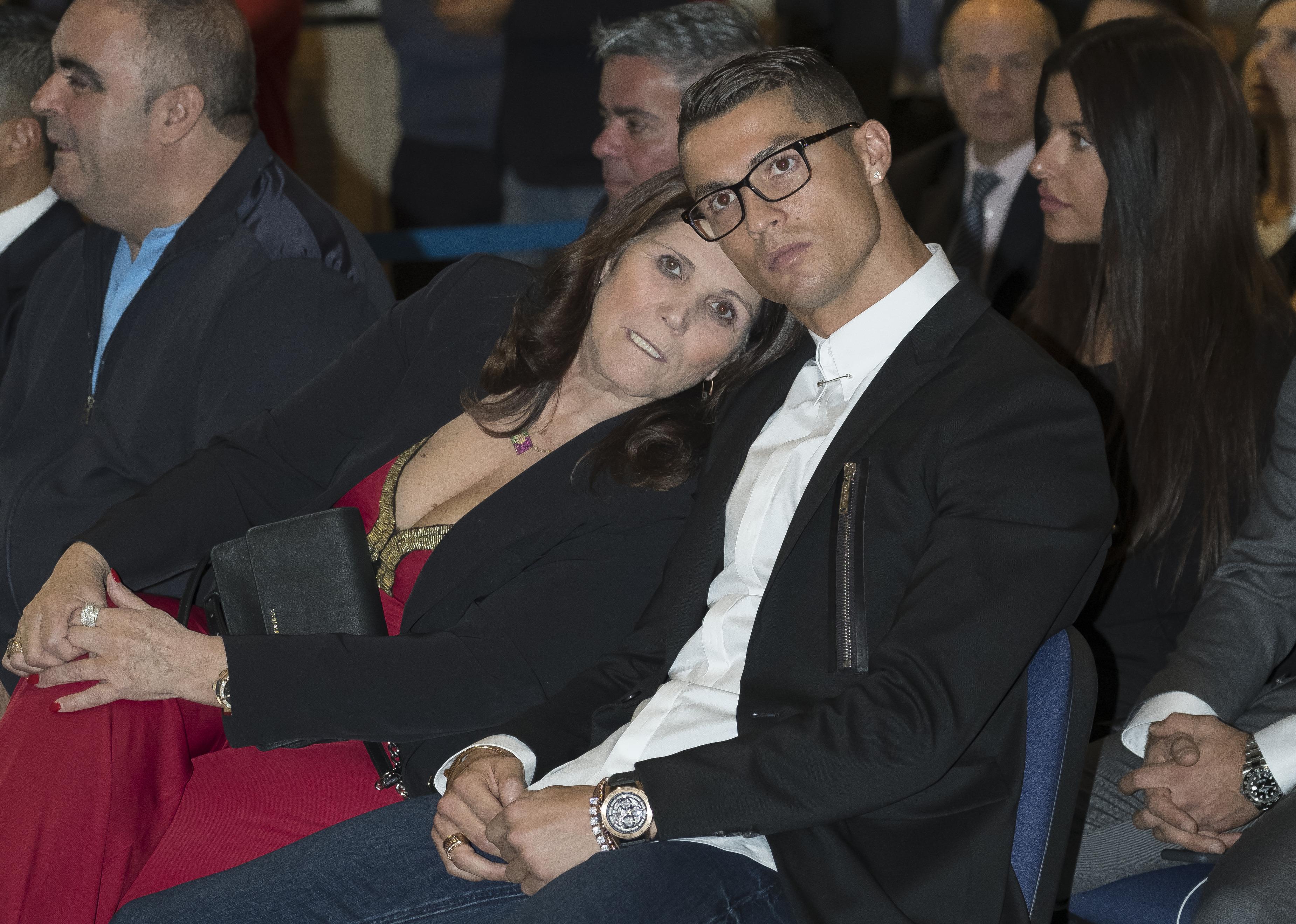 Ronaldo anyja szerint Ronaldo azért nem nyer több díjat, mert a futballmaffia nem engedi