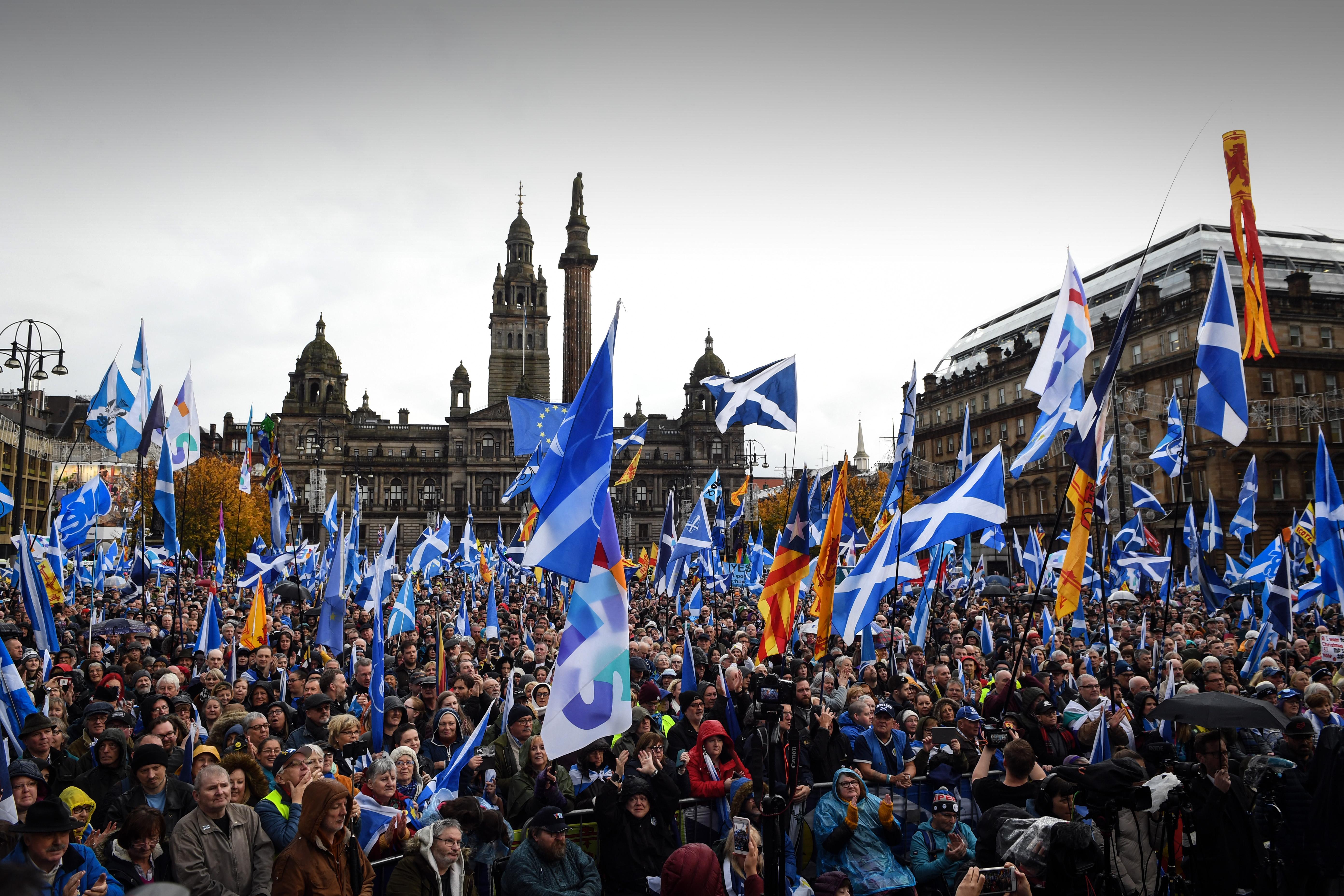 Tízezrek tüntettek a skót függetlenségért Glasgowban
