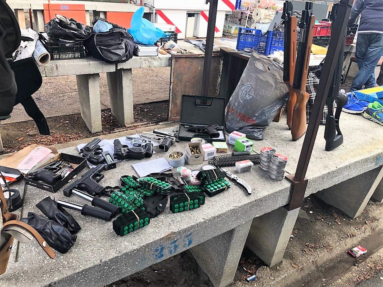Egy 71 éves debreceni férfi a piacon árult fegyvereket és lőszereket