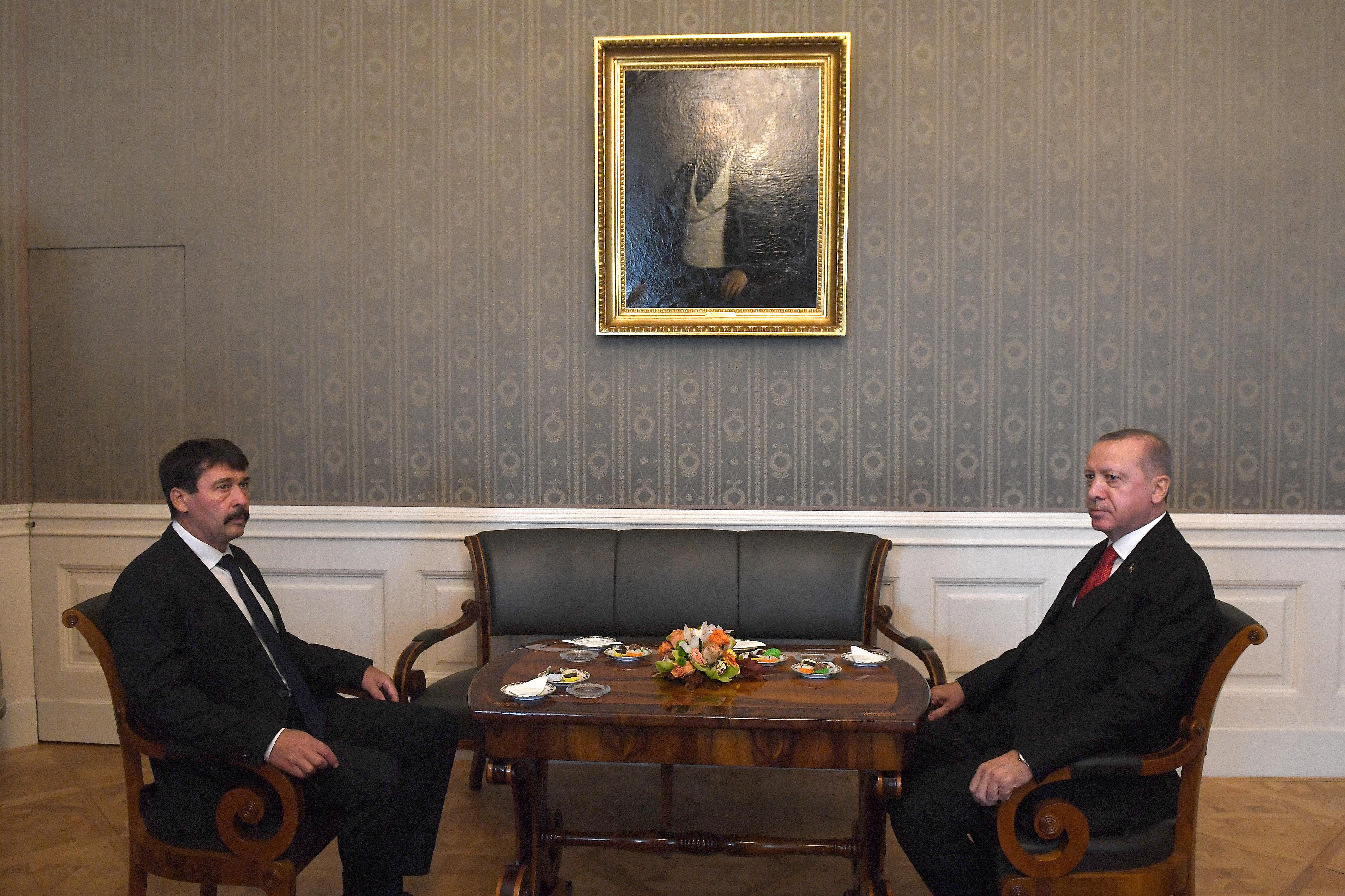 Majdnem elsírták magukat, olyan búbánatos arccal randevúzott egymással Áder és Erdogan