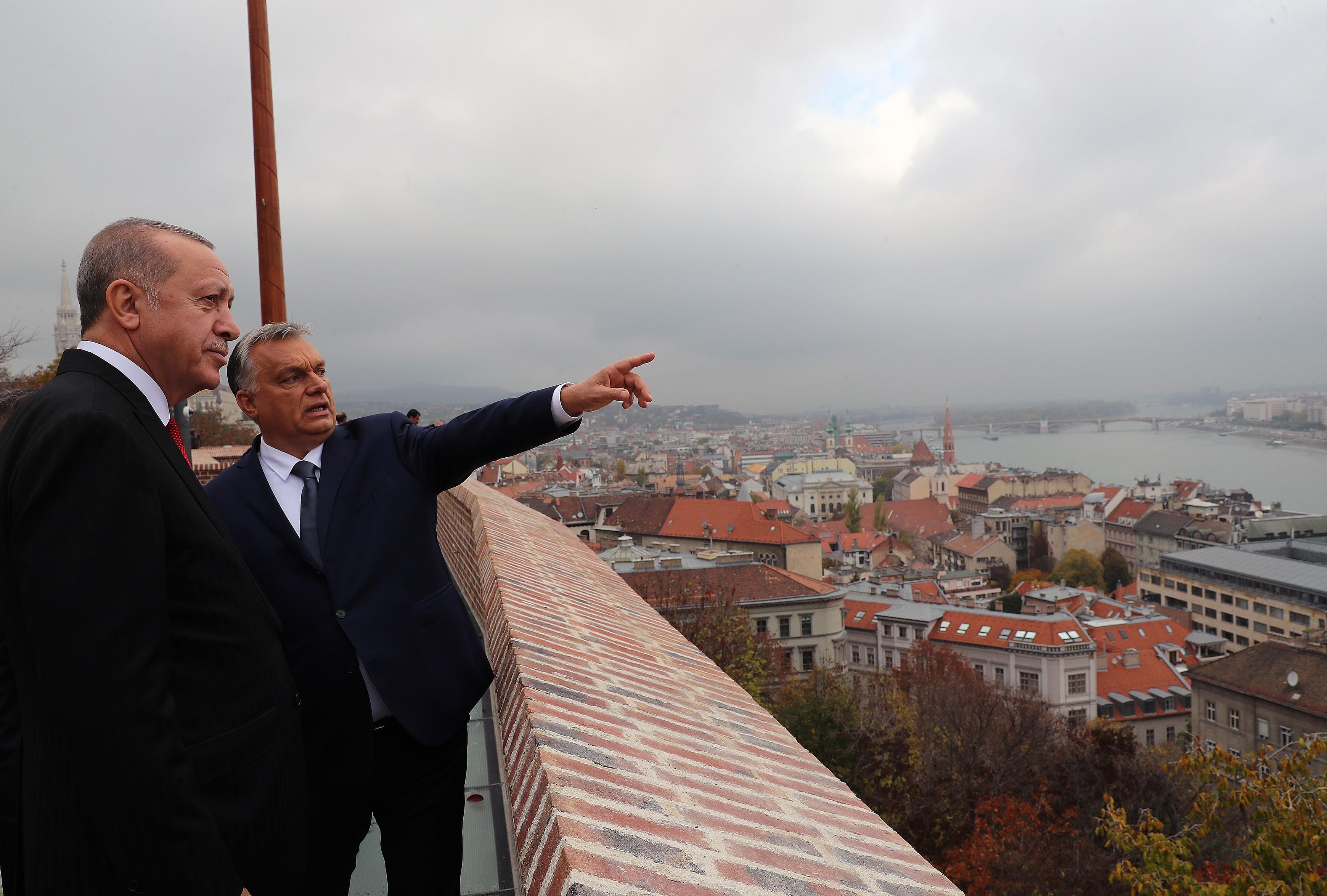 Ezentúl Orbán megpróbálhatná valahol máshol vendégül látni a diktátor barátait