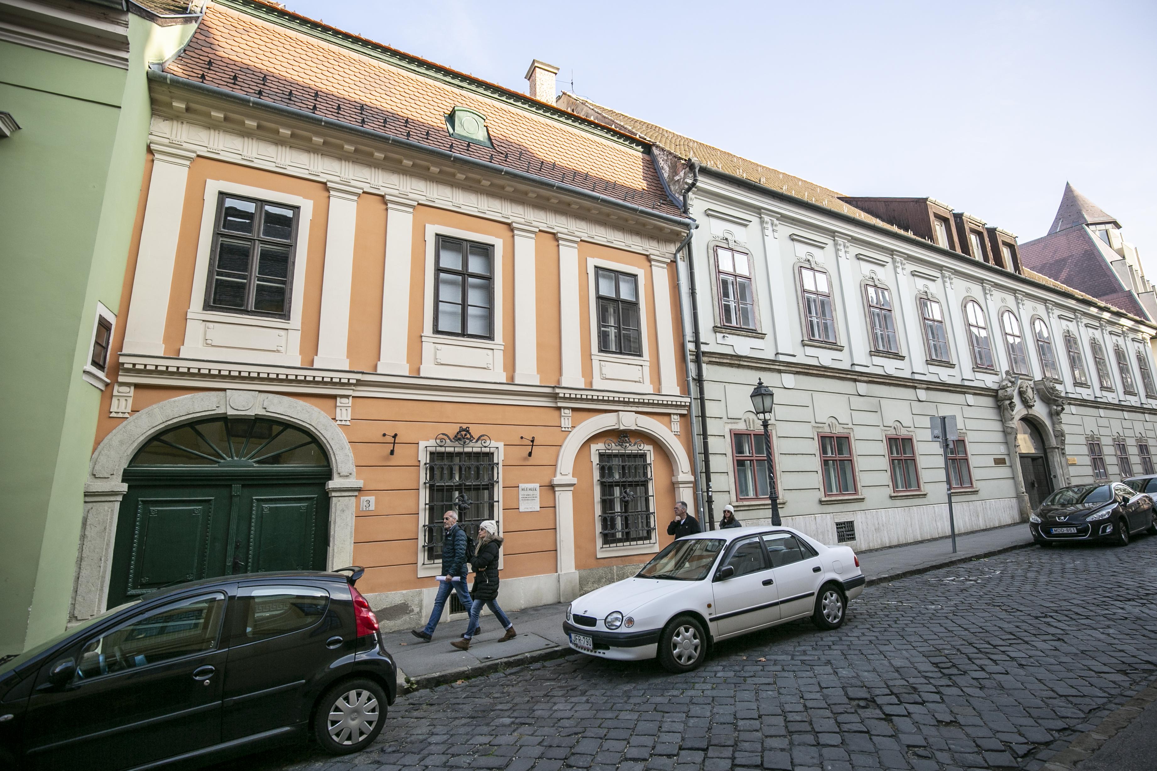 Megszavazta a parlament a lakástörvényt, ami piaci ár alatt adja el a világörökségi területeken lévő bérlakásokat