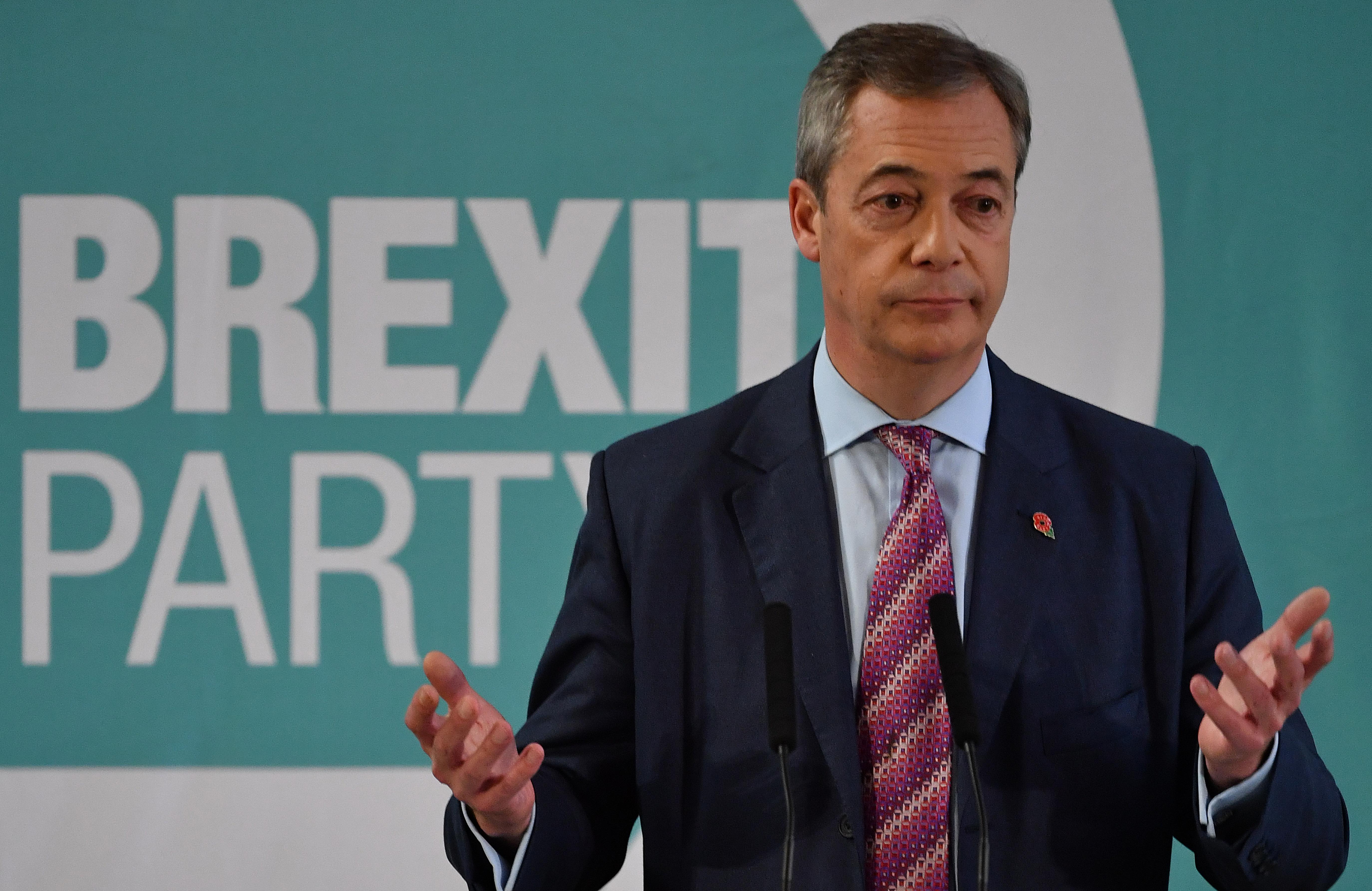 Nigel Farage pártja nem indít jelölteket a konzervatívokkal szemben