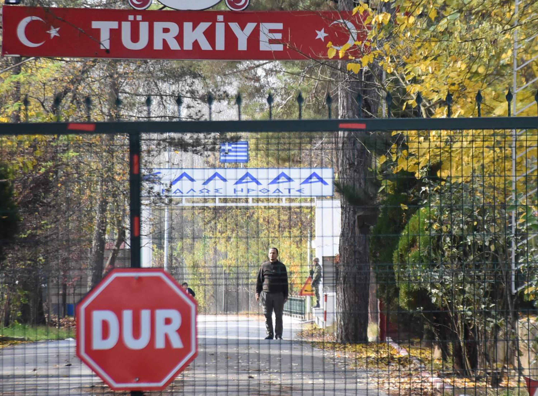A törökök elkezdték hazatelepíteni a nyugati ISIS-harcosokat, egy amerikai a senkiföldjén ragadt