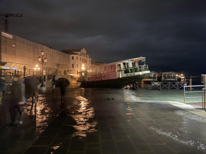 Az elmúlt fél évszázad legnagyobb árvize pusztít Velencében