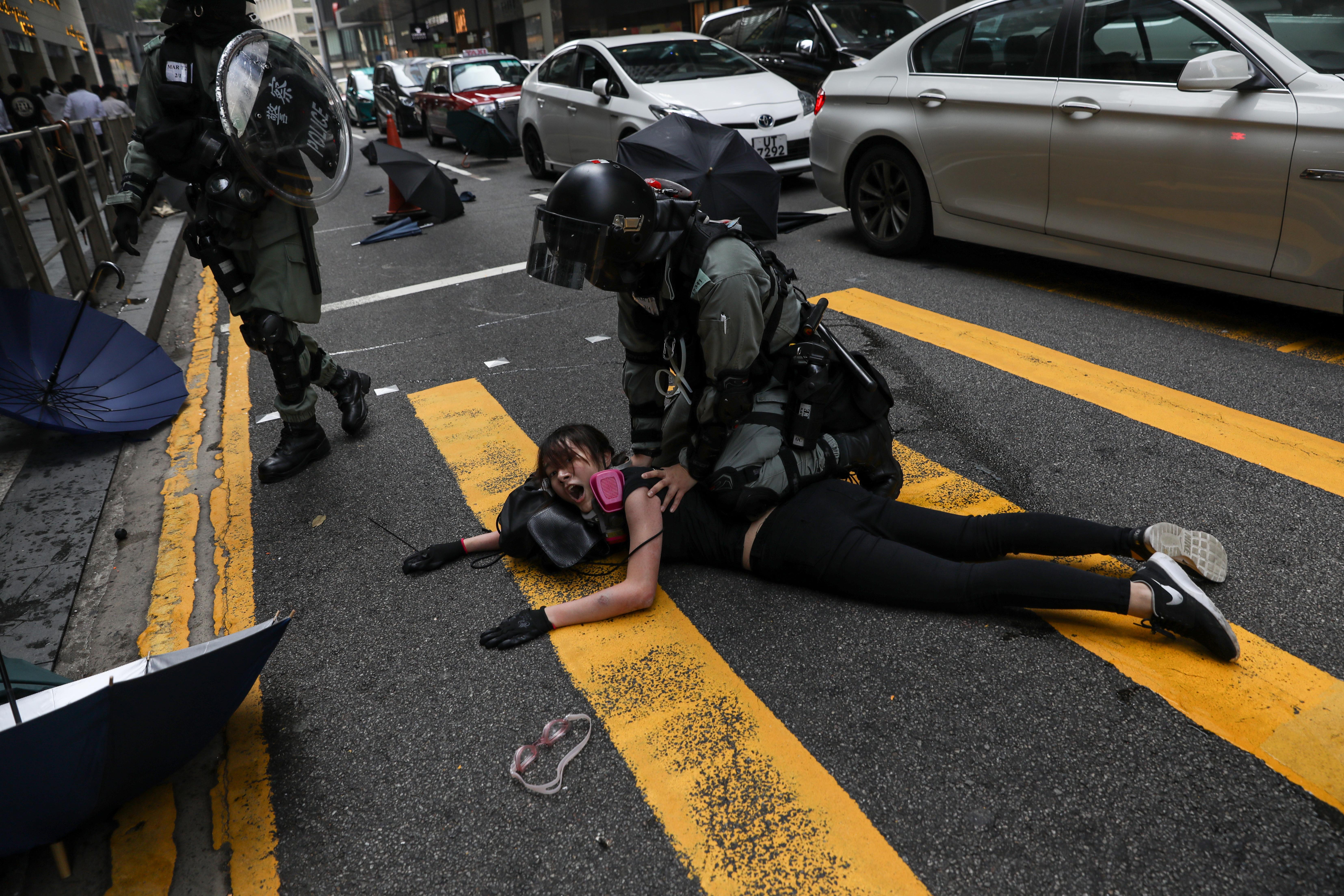 Gyerekeket motoznak meg, terhes nőt vernek a hongkongi rendőrök, de Kína szerint a tüntetők a terroristák