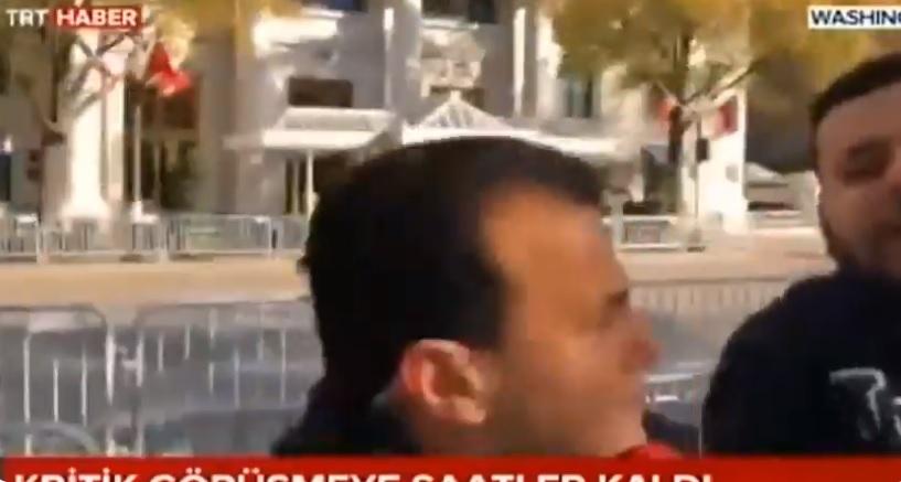 Egy tiltakozó a török állami tévé kamerája előtt küldte haza Washingtonból Erdogant