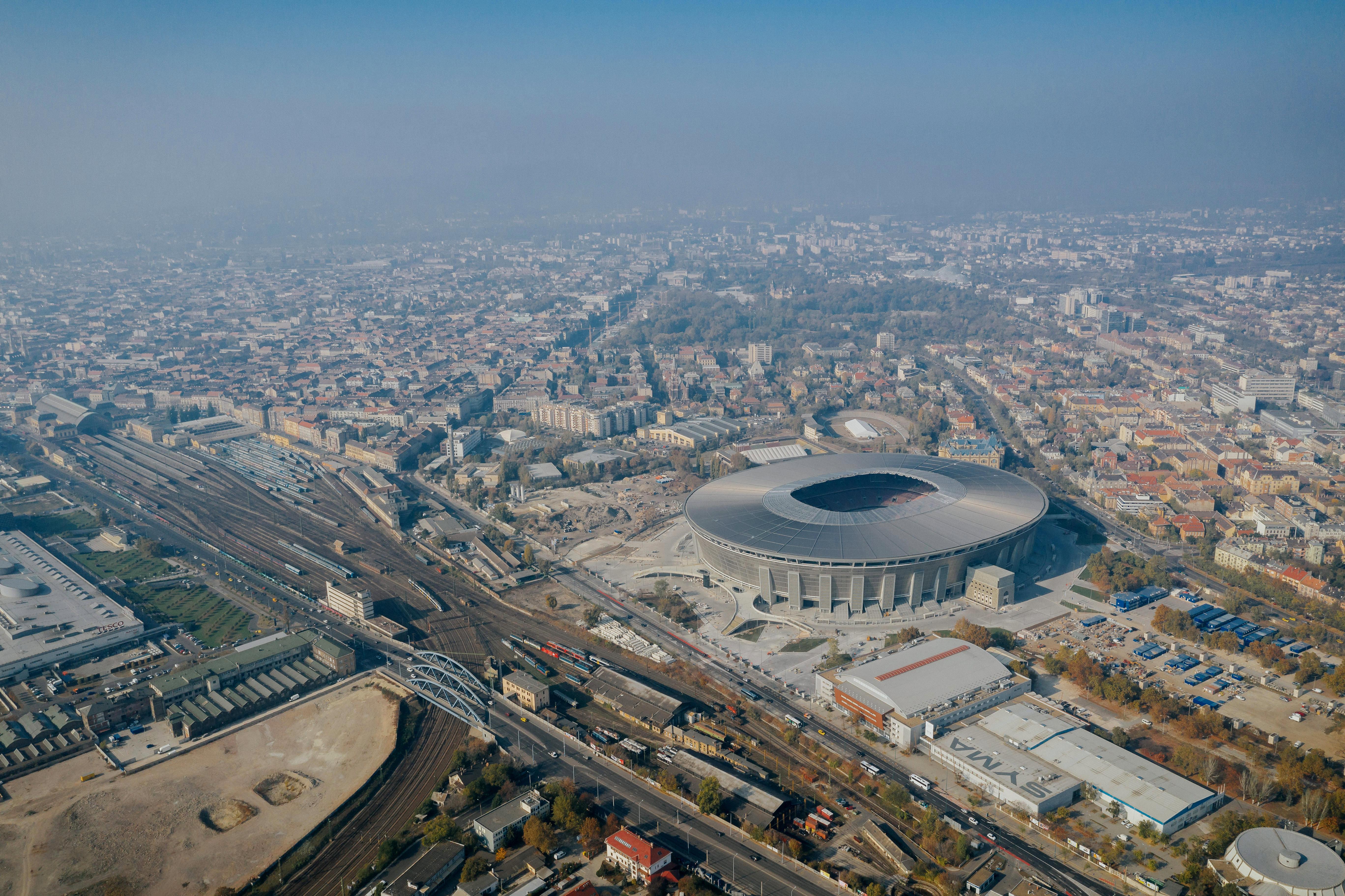 Messze a környék legeslegnagyobb stadionja a mi vadonatúj Puskásunk