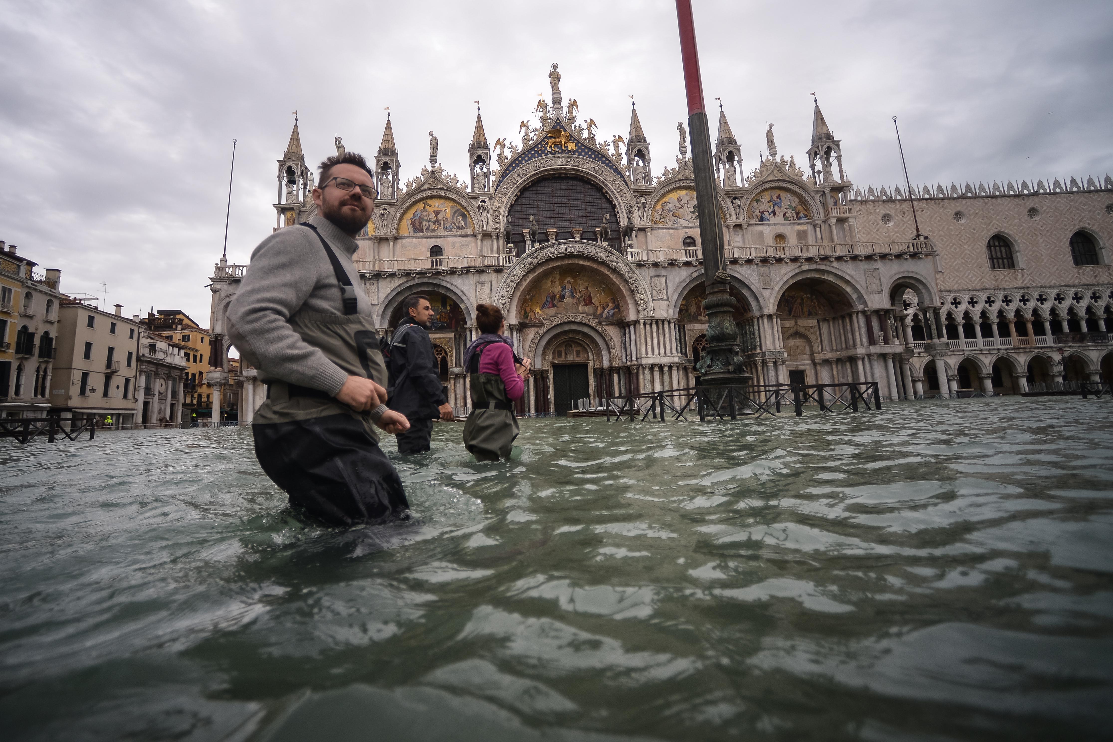 Újabb árhullám érte Velencét, lezárták a Szent Márk teret