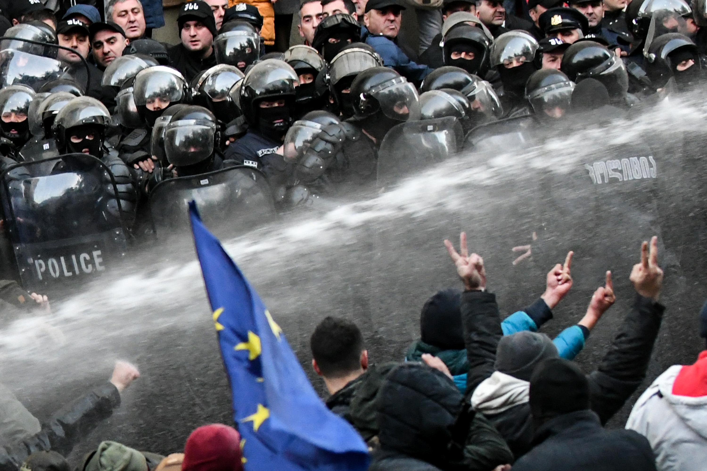 Könnygázzal és vízágyúval oszlatták a parlamentet blokád alá vevő tüntetőket Tbilisziben