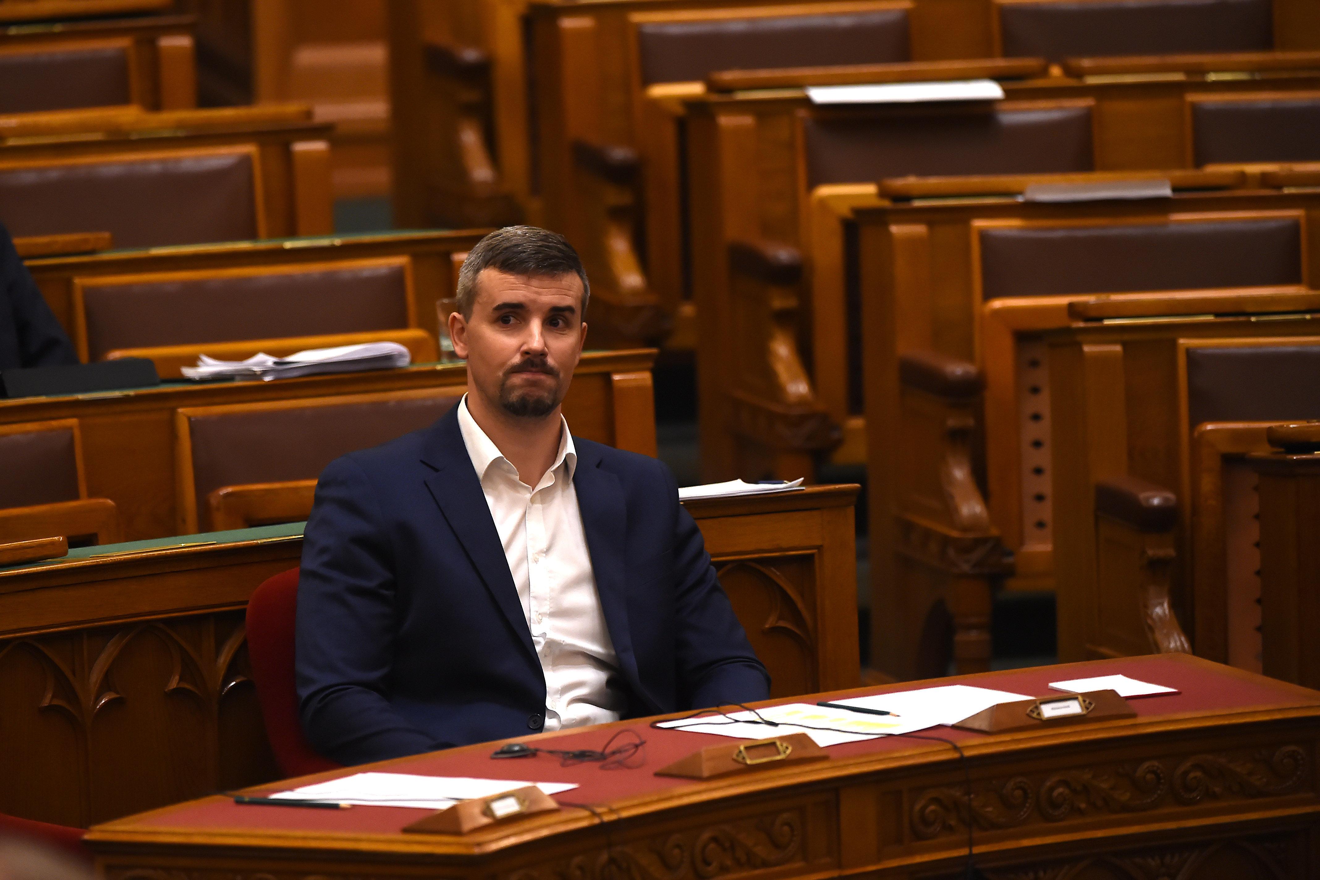 A Fidesz-KDNP megszavazta Jakab Péter 4,4 millió forintos rekordbírságát, majd elvették tőle a szót, amikor Tiborczról kezdett beszélni