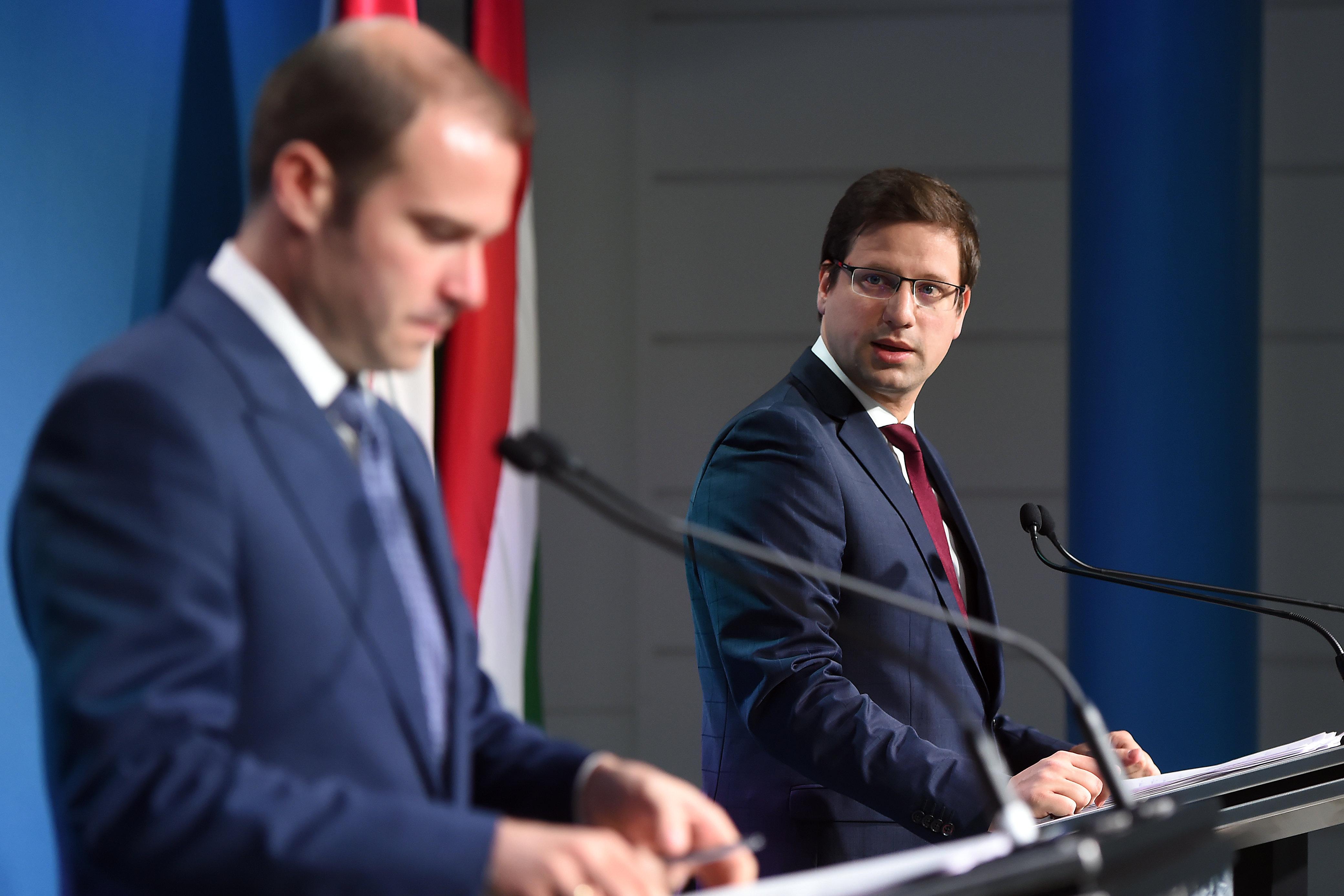 Ugyanabban a kerti buliban járt Hollik, Gulyás Gergely és Orbán Balázs, a kormánytagok a Fidesz kommunikációs igazgatója miatt kerültek karanténba