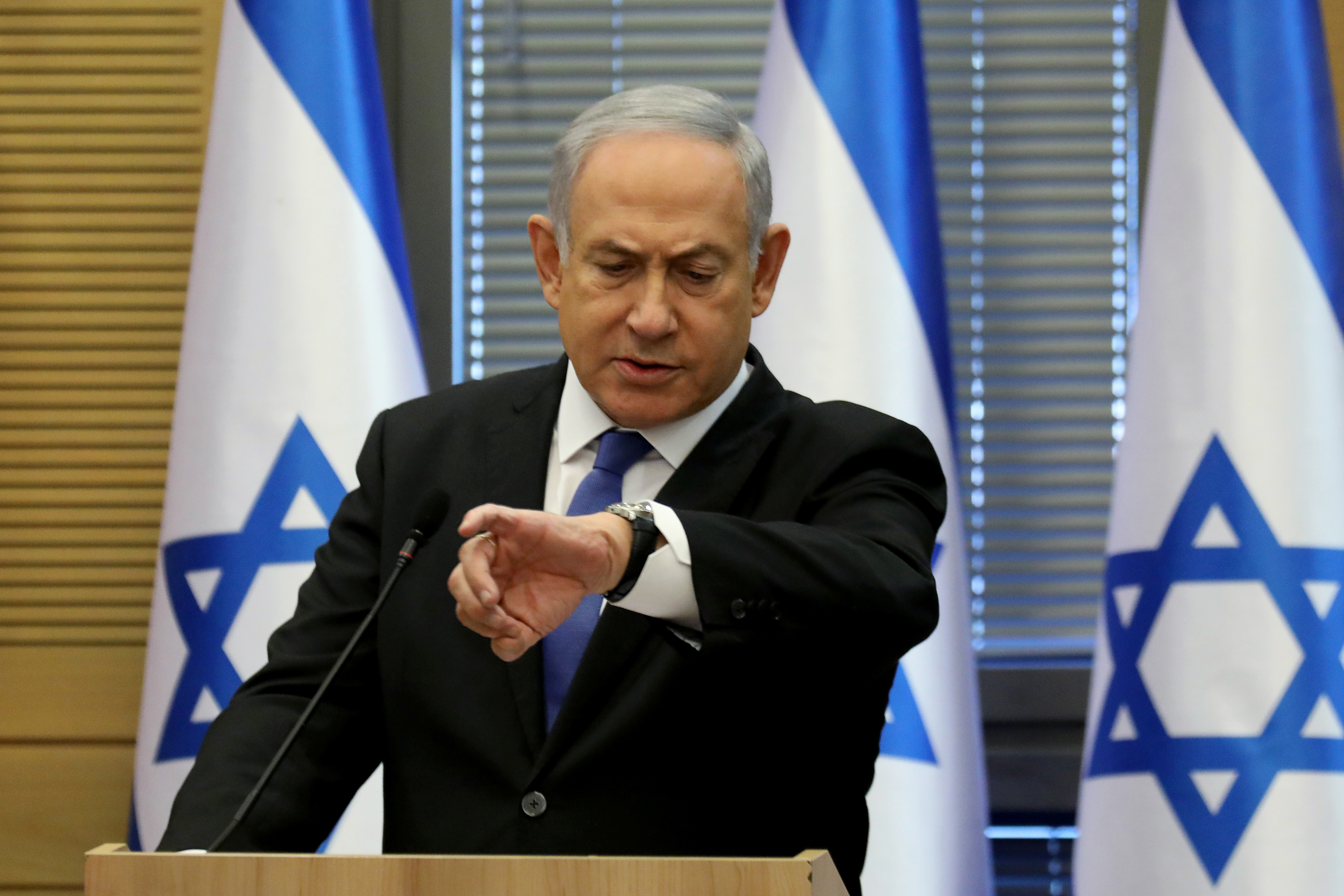 A korrupcióval vádolt Netanjahu kinevezte utódait a miniszteri posztokra, amiket feladni kényszerült