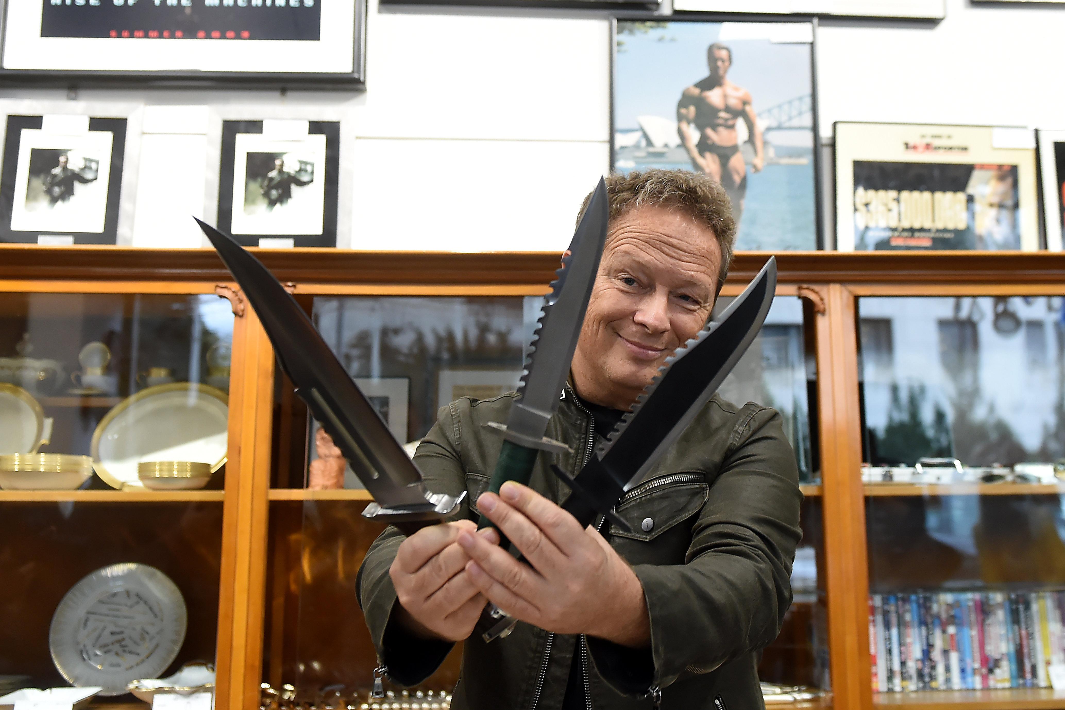 Rambo-késekkel pózoló Geszti Péter csinál kedvet Andy Vajna hagyatékához