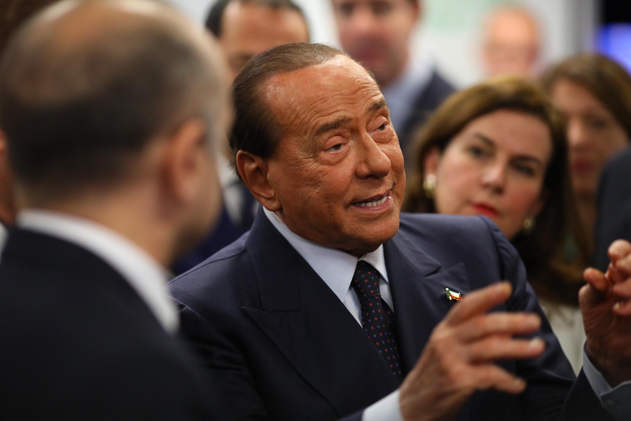 Szelfizés közben felborult Berlusconi