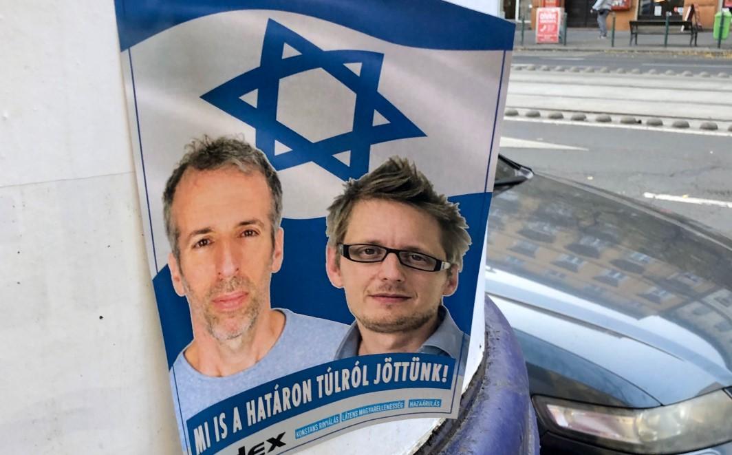 Eljárást indított a rendőrség az indexes újságírókat izraeli zászlóval ábrázoló plakátok miatt
