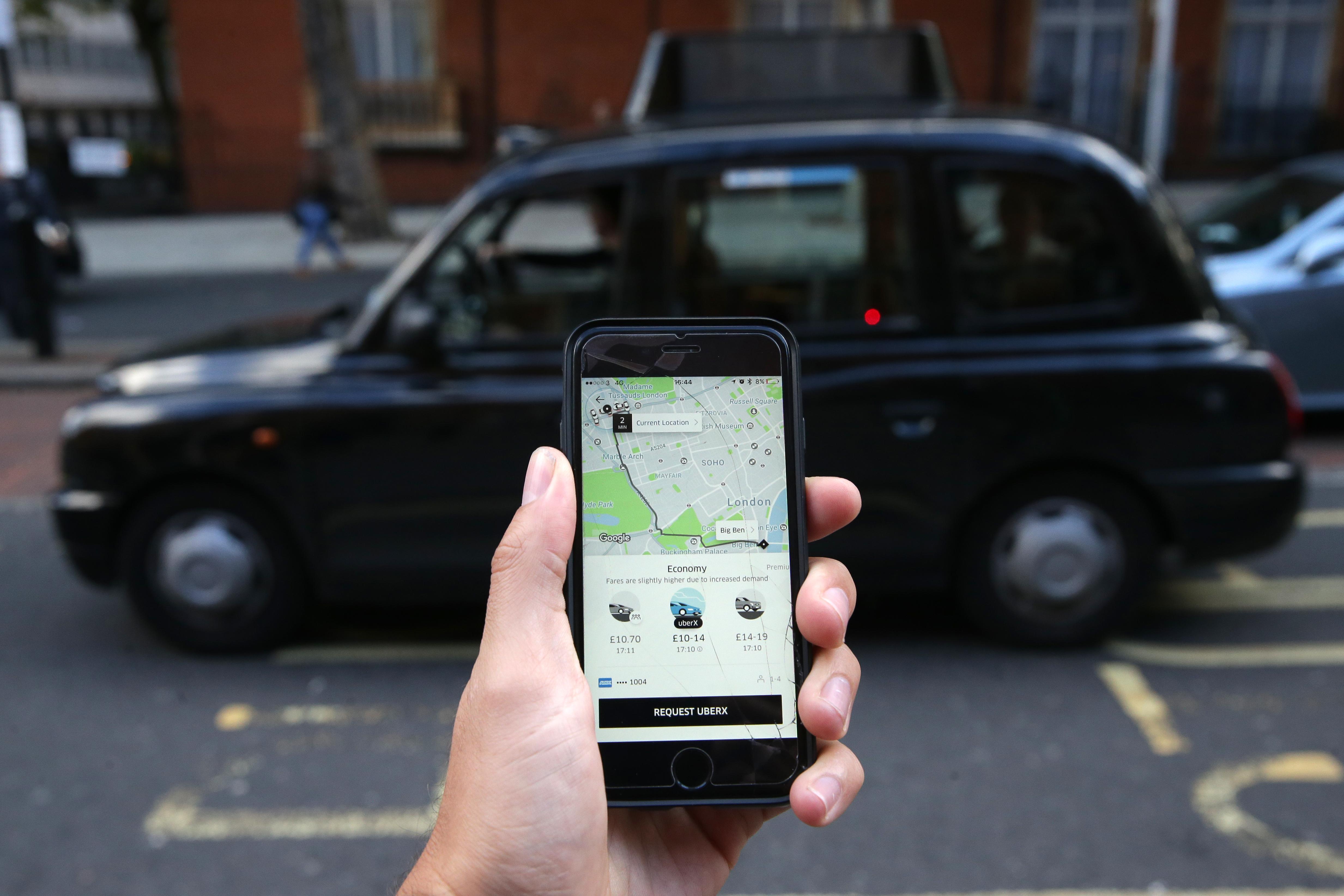 Egykori brit sofőrjei perlik az Ubert, mert szerintük egy algoritmus rúgta ki őket