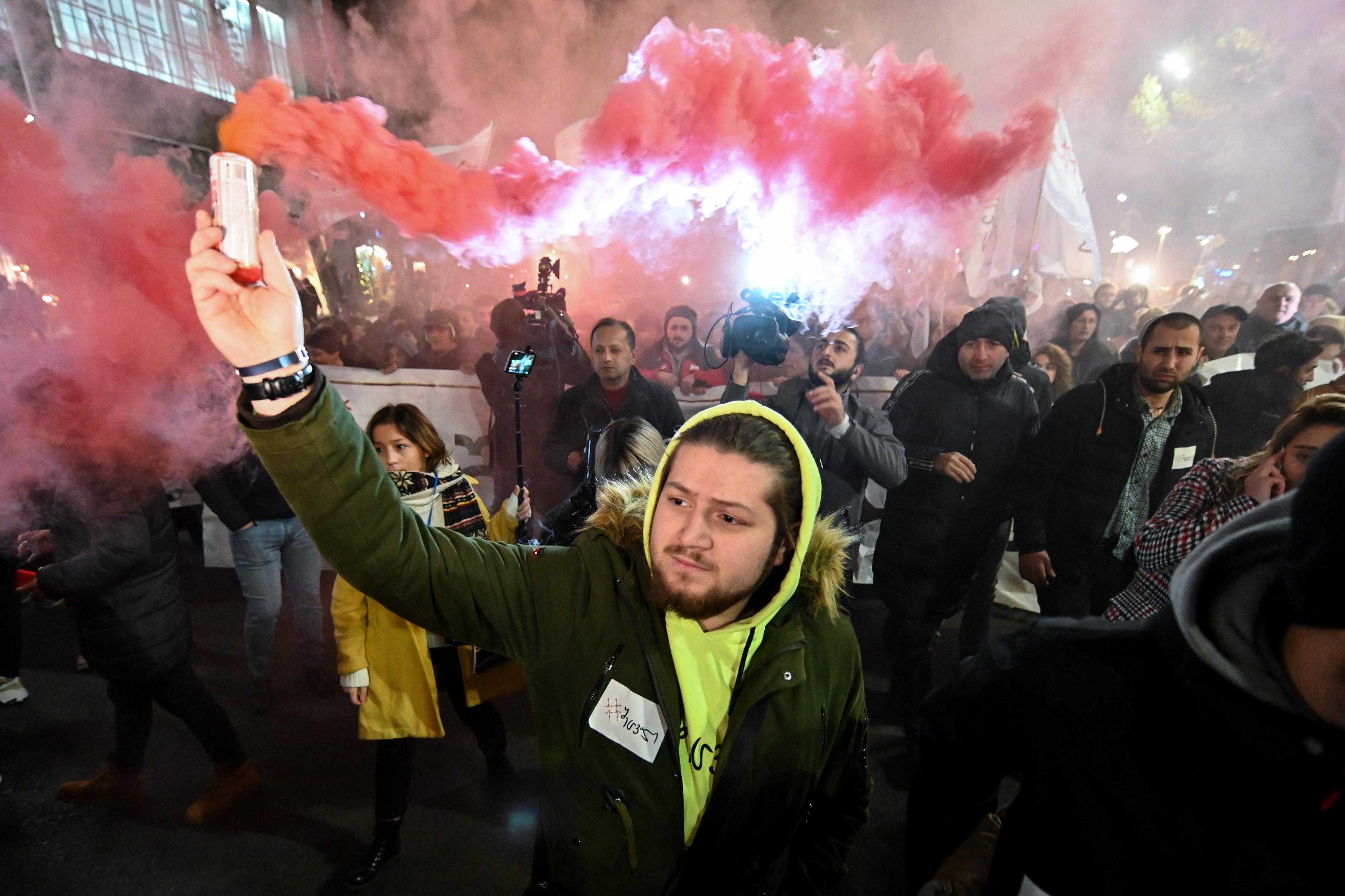 Vízágyúval oszlatták a tüntetőket a fagyban Tbilisziben