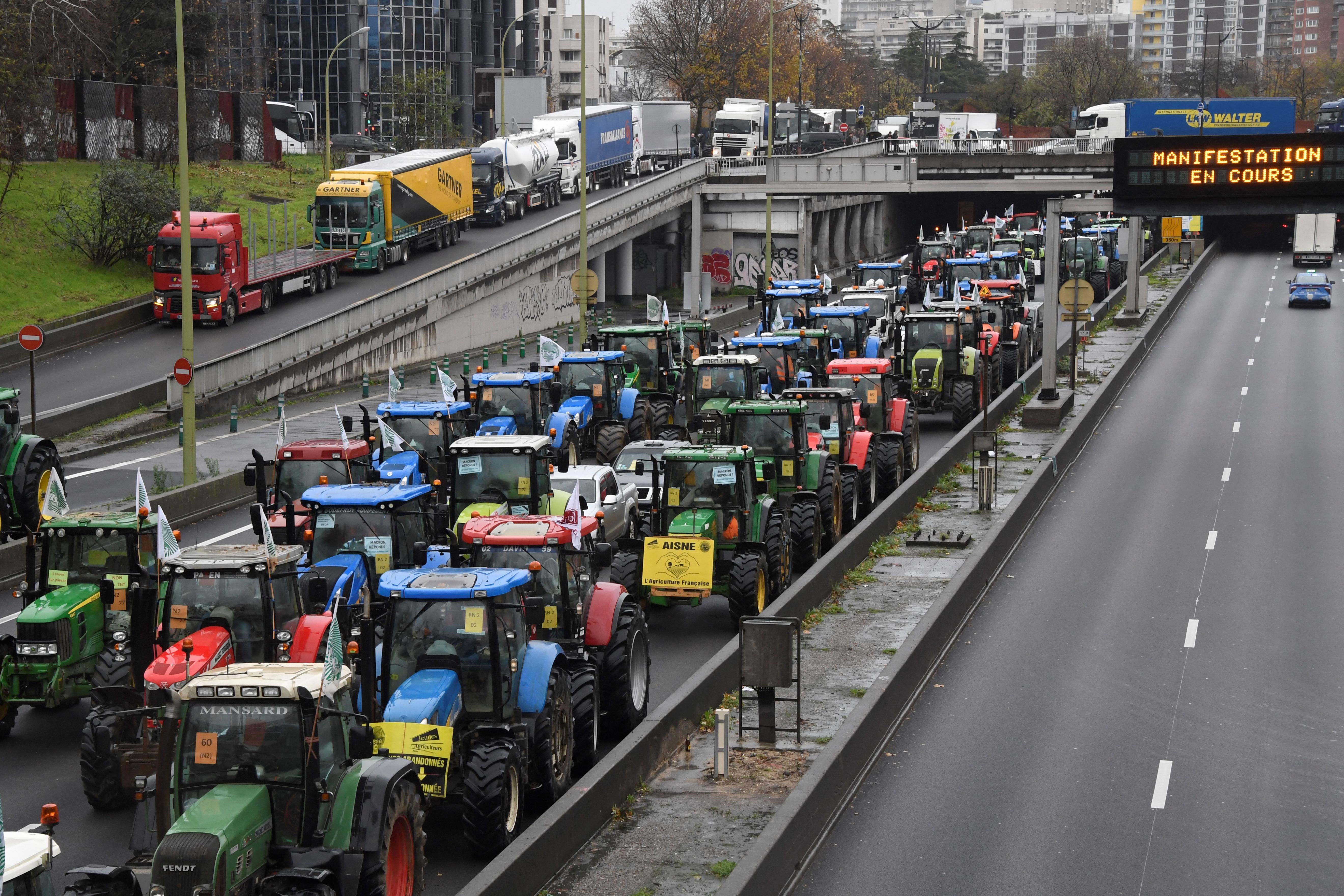 Több száz francia gazda traktorokkal torlaszolta el a párizsi körgyűrűt
