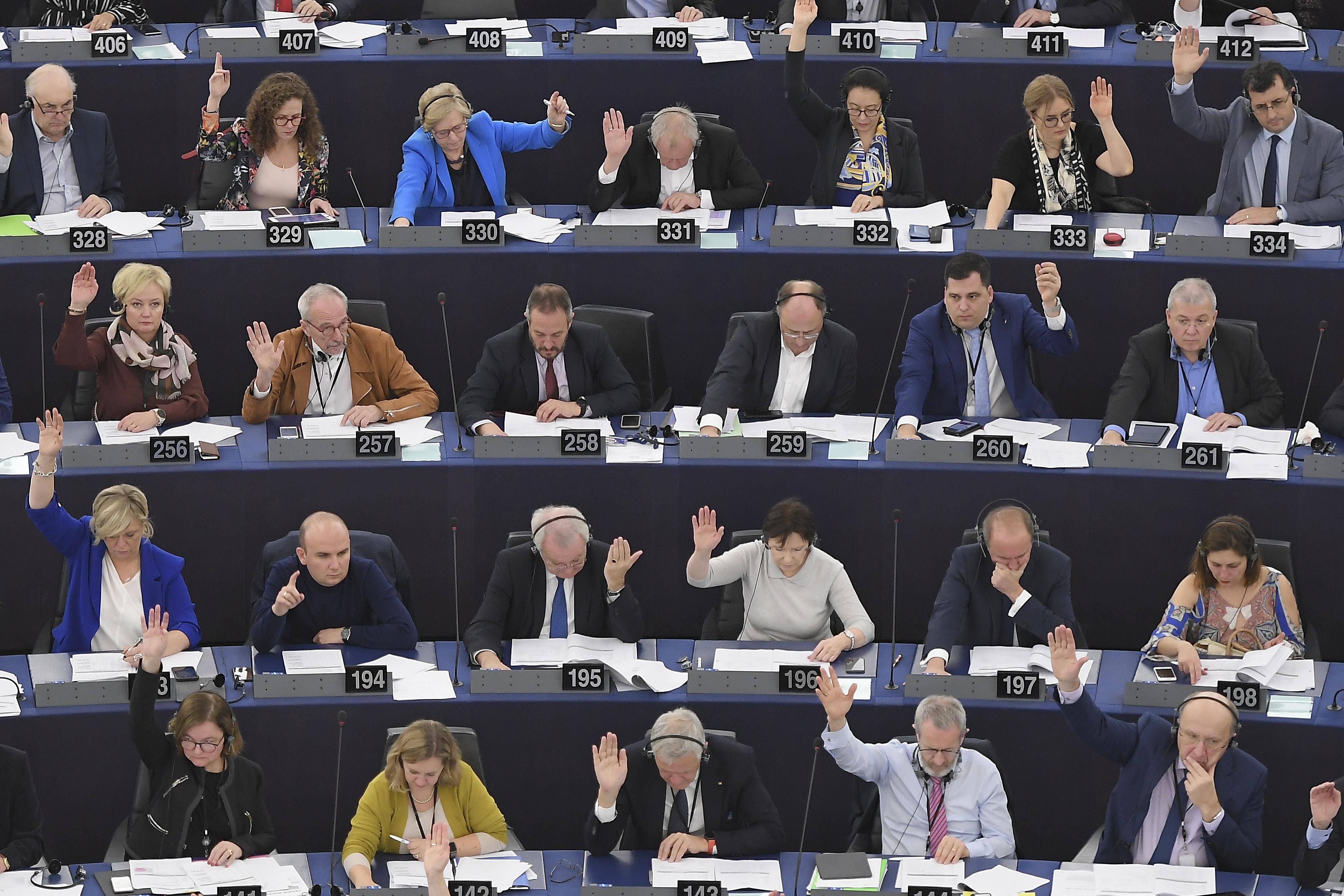 Kiállnak a jogállamisági feltétel mellett, és bírálják az átláthatatlan megállapodást az Európai Parlament frakciói