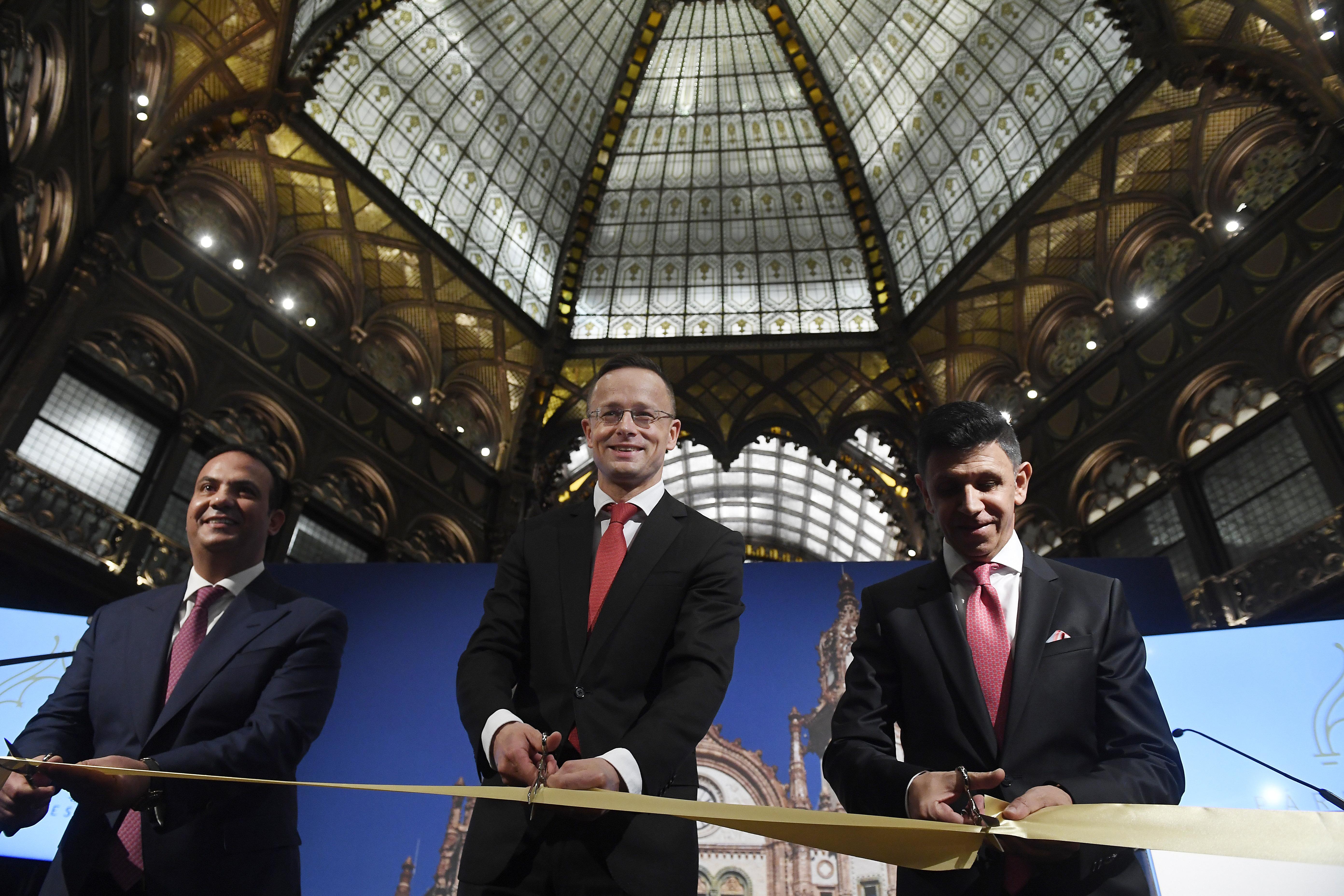 Micsoda barátság: Szijjártó külügyminiszter nyitotta meg a luxusszállóvá alakított Párisi udvart