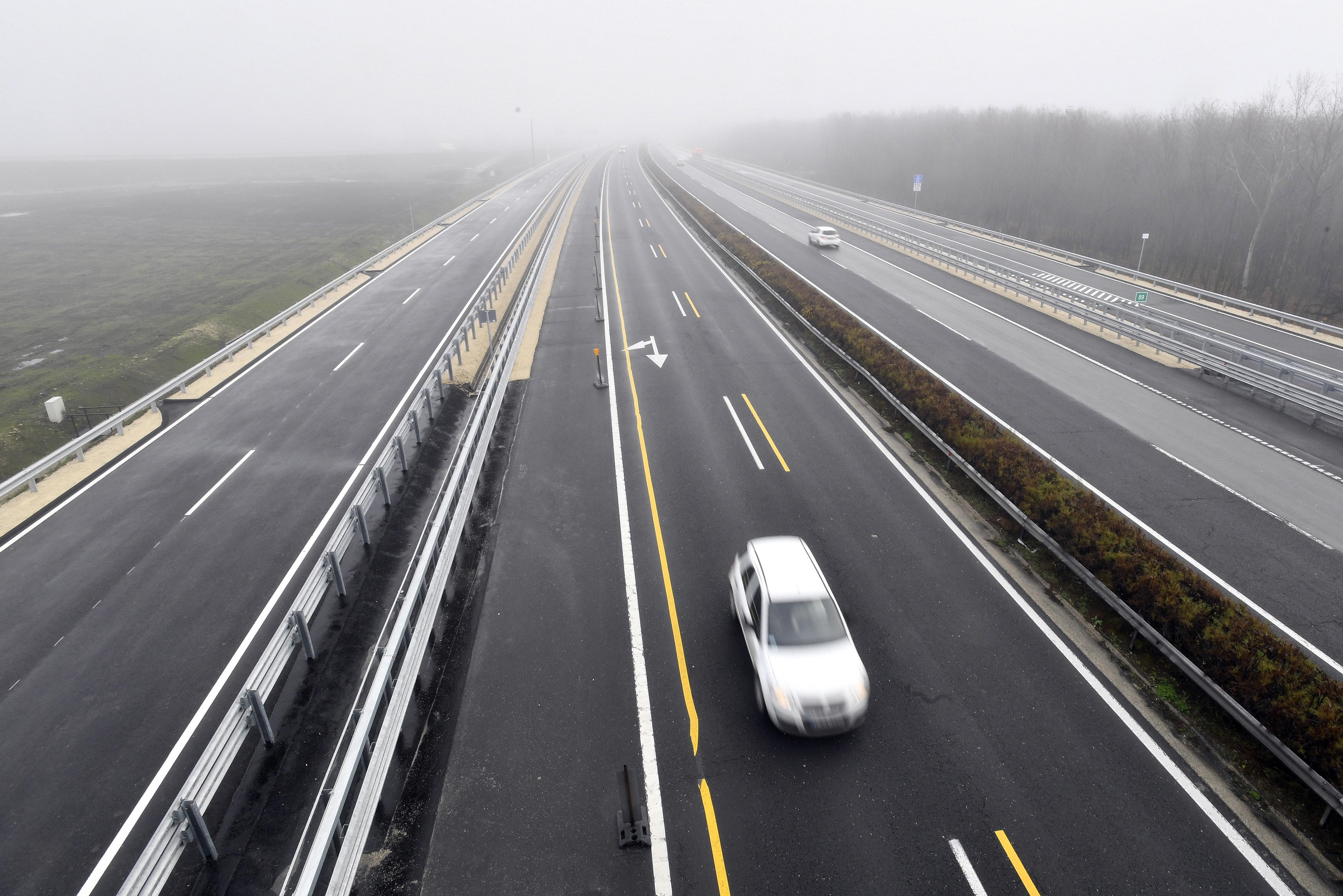 Országszerte utak rongálódtak meg a hirtelen jött nagy hidegben
