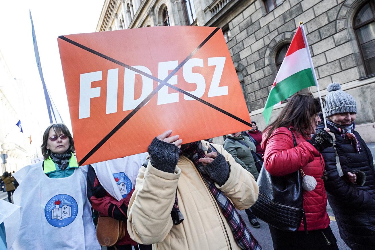 A közoktatásért tüntetők töltik meg a Kossuth teret