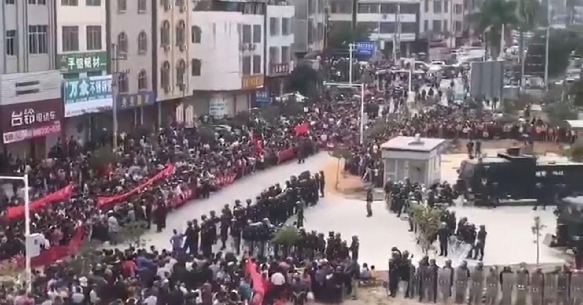 Nagy erőkkel vert szét egy tüntetést a kínai karhatalom Kantonban