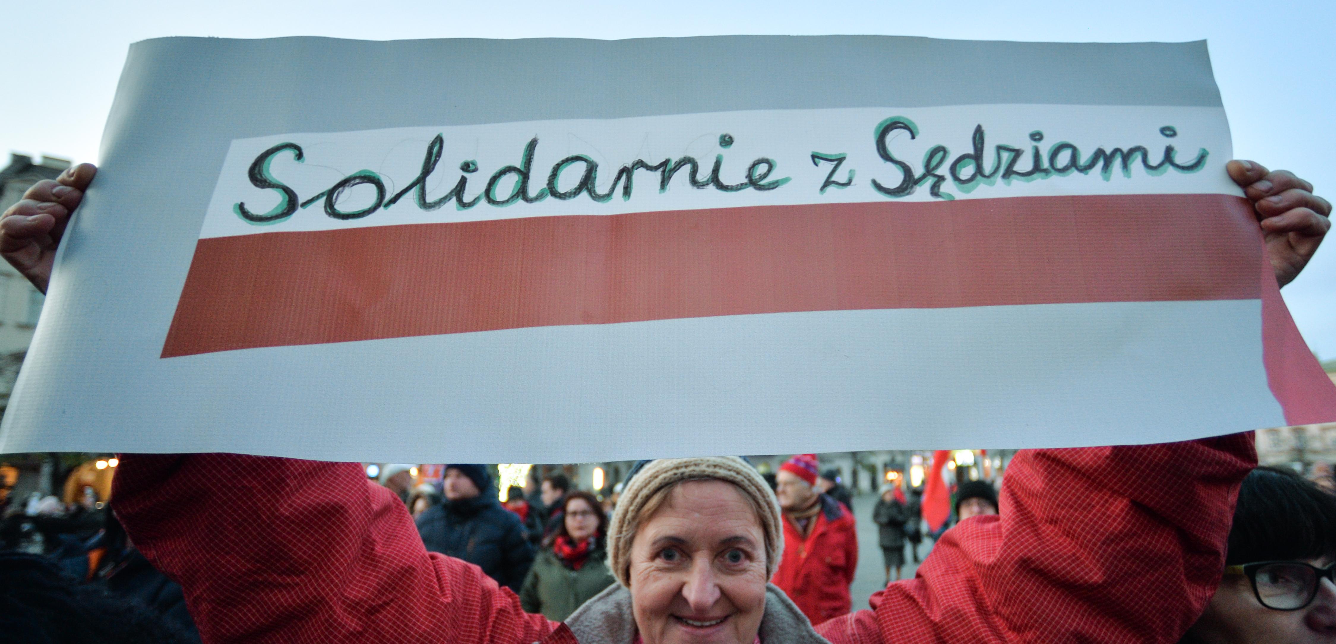 Bíráik mellett tüntettek a lengyelek több nagyvárosban