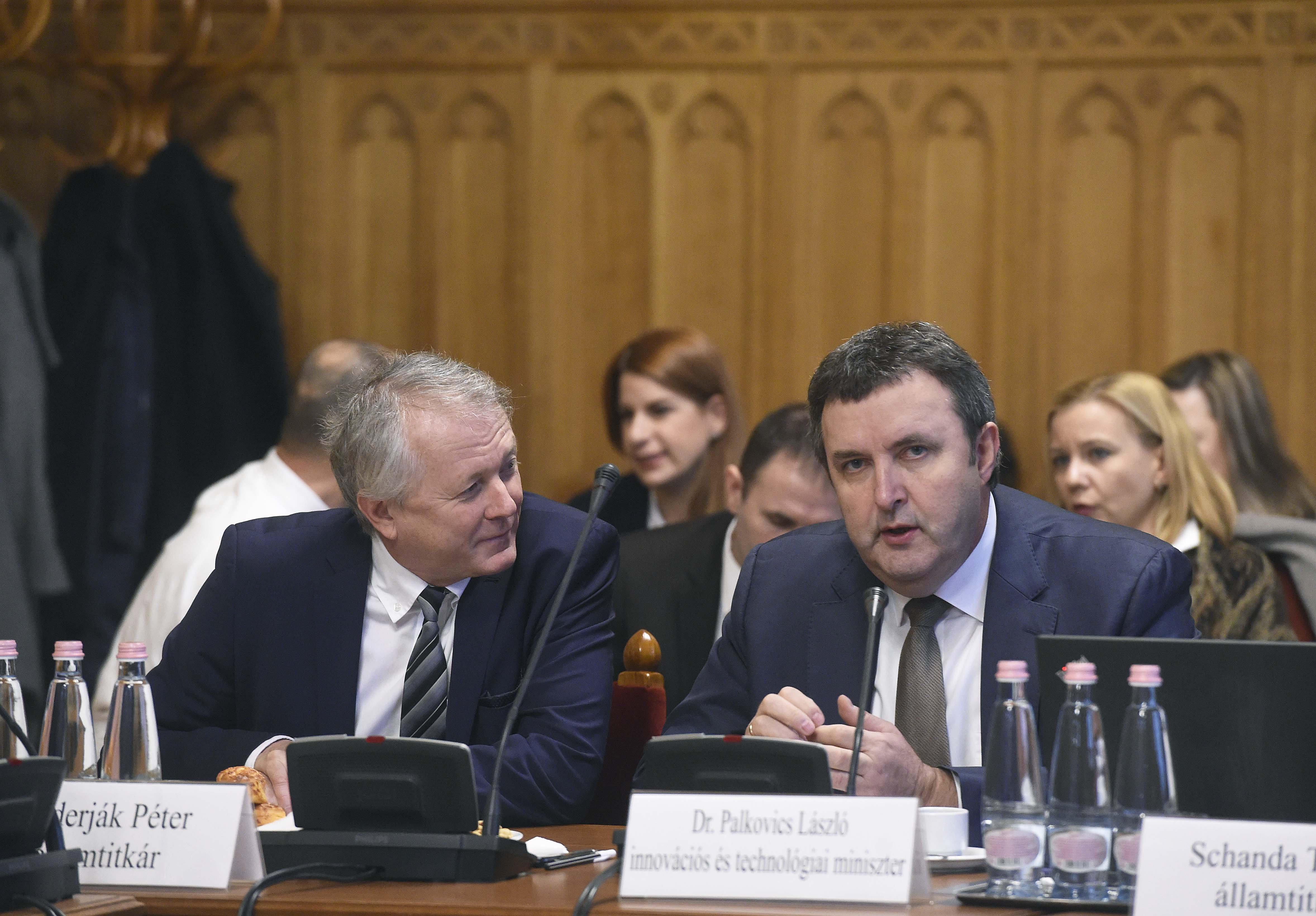 Palkovics egy hét után leváltotta az akkumulátorügyi biztosát