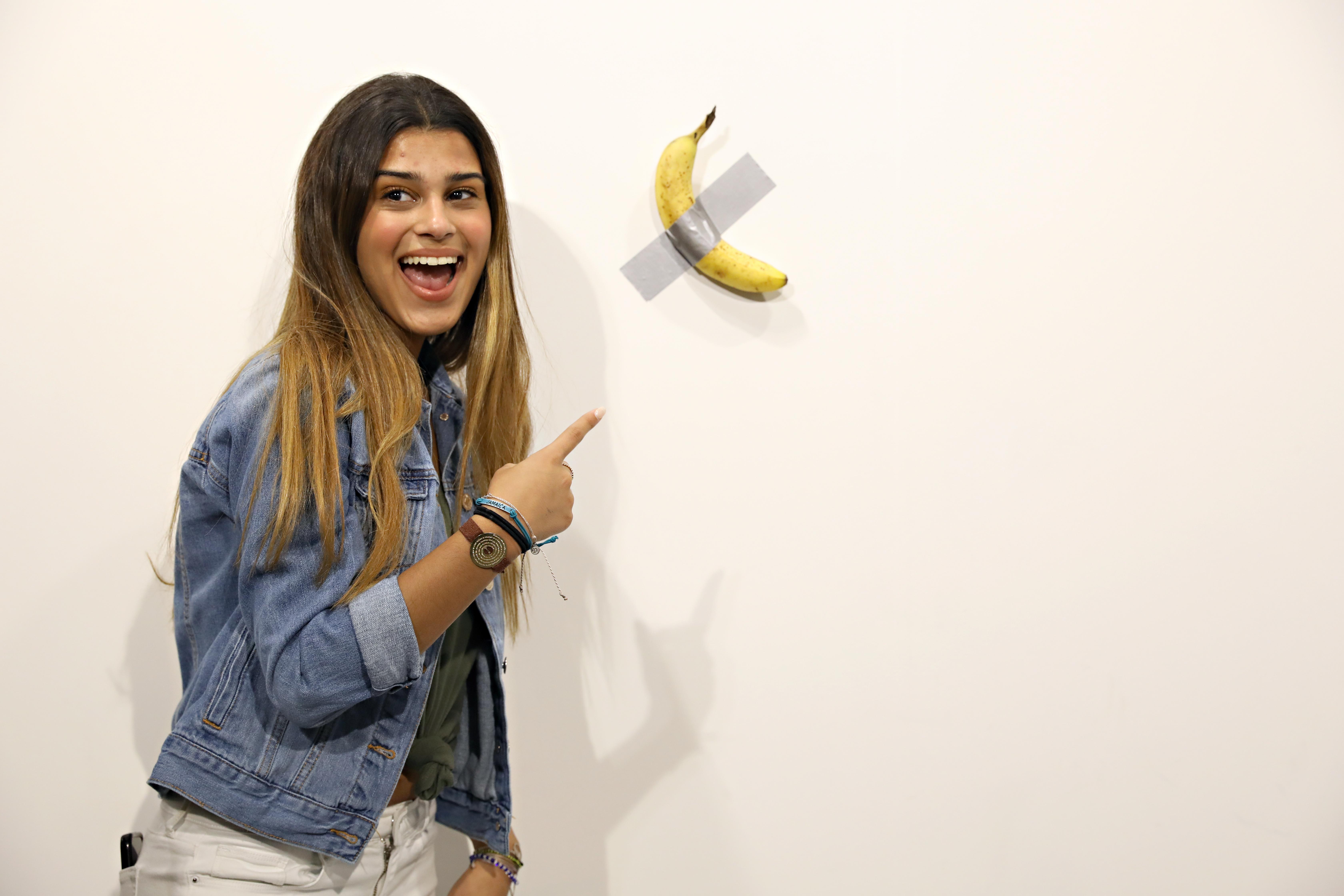 Fogta magát, és a galéria kellős közepén befalta a 120 ezer dolláros banánt